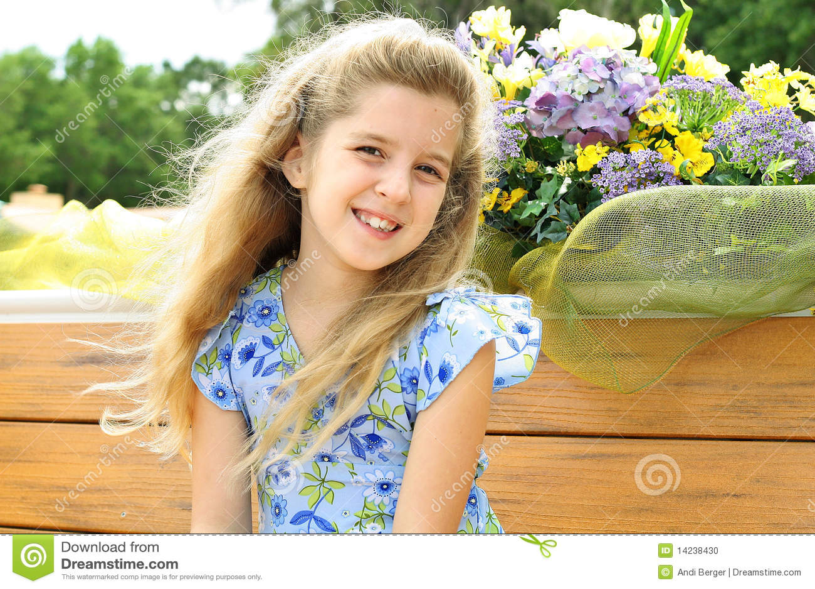 όμορφο κορίτσι φορεμάτων &lamb