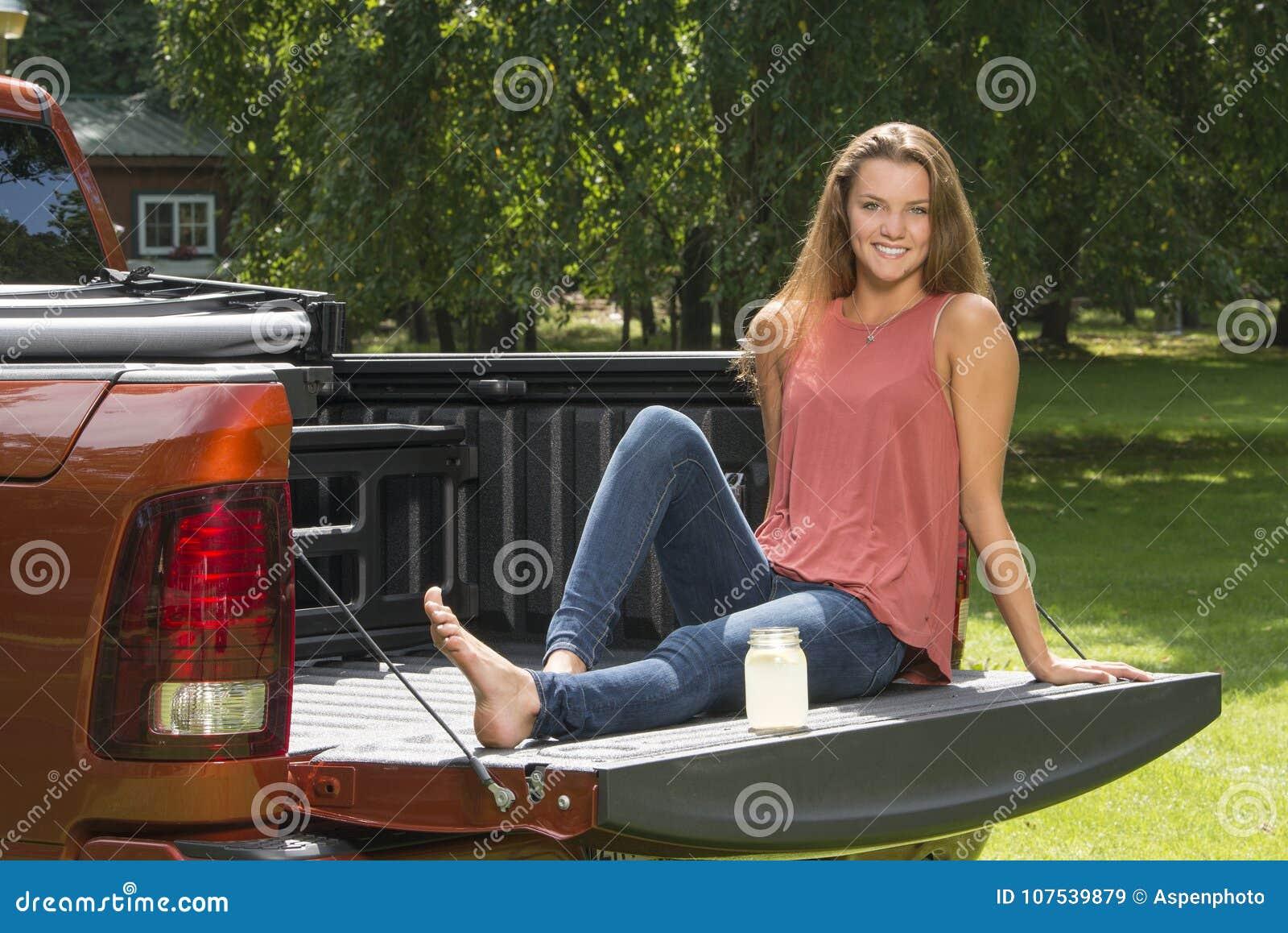 Όμορφο κορίτσι χωρών στο πίσω μέρος του φορτηγού επανάληψης