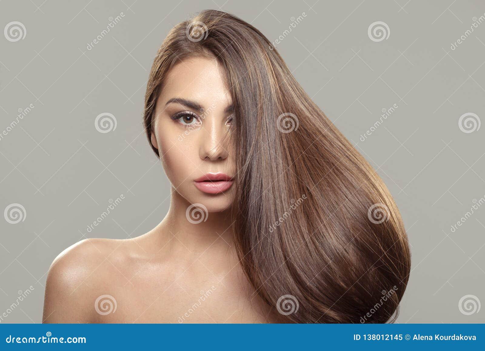 Όμορφο κορίτσι brunette με τη μακριά και ευθεία καφετιά τρίχα Λαμπρή ομαλή τρίχα