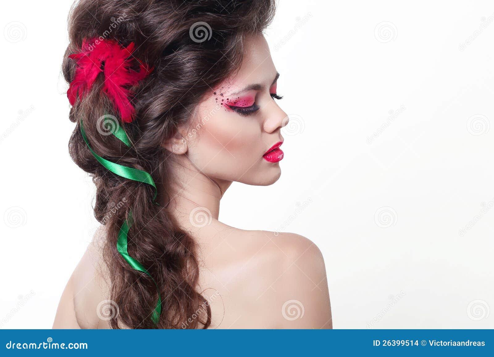 Όμορφο κορίτσι Brunette. Υγιές μακρυμάλλες ύφος