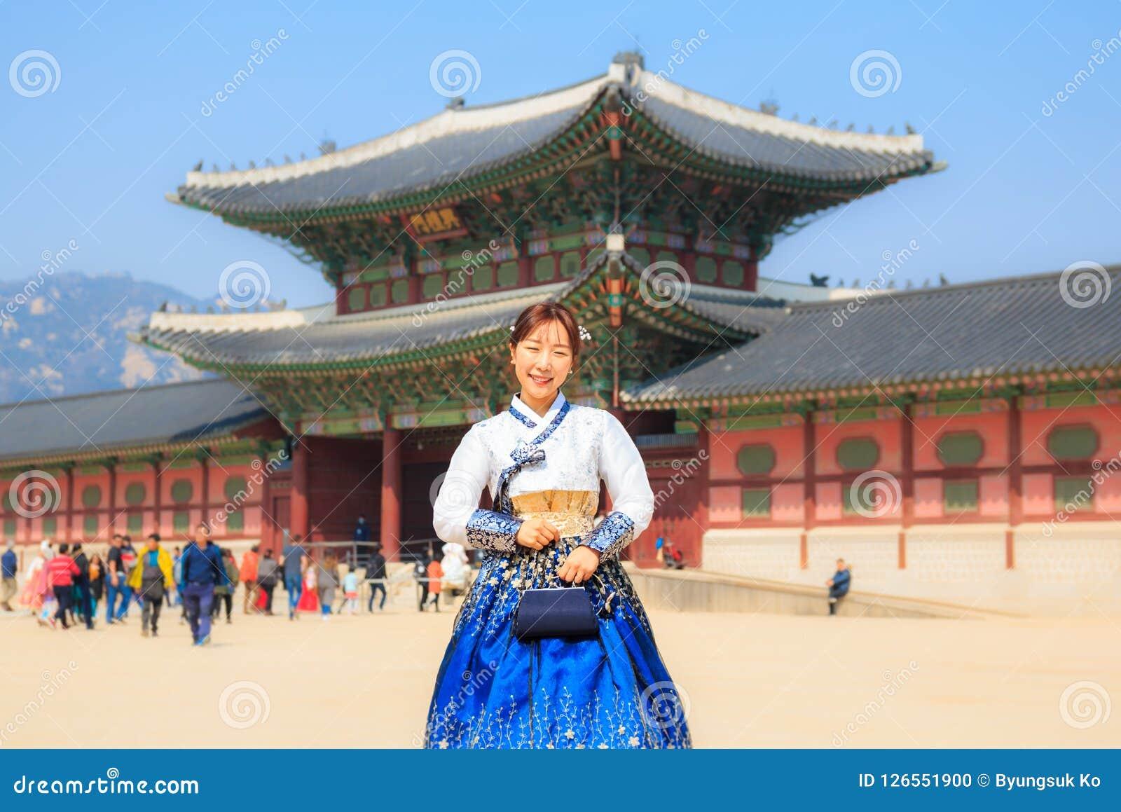 Όμορφο κορεατικό ντυμένο γυναίκα Hanbok στο παλάτι Gyeongbokgung στη Σεούλ