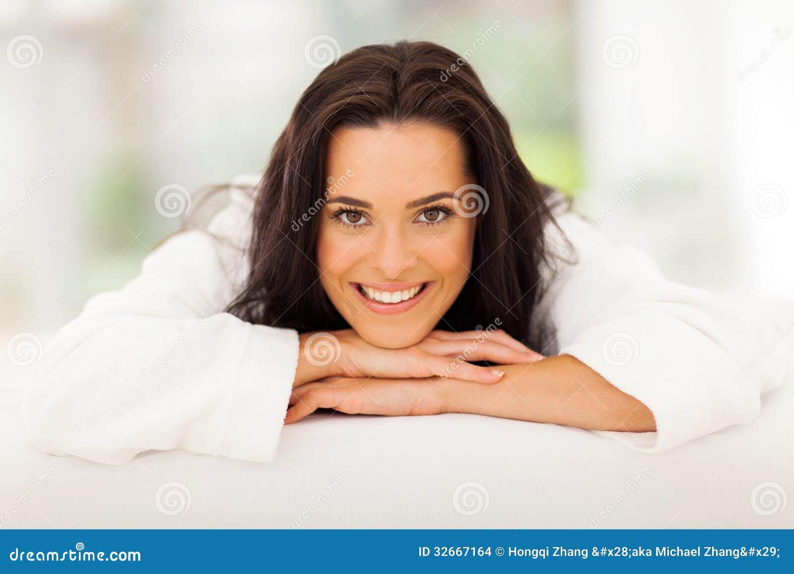 Όμορφο κρεβάτι γυναικών