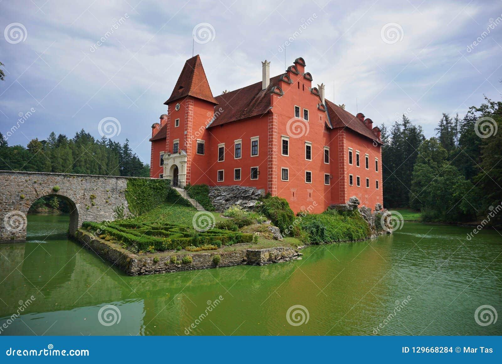 Όμορφο κόκκινο κάστρο Cervena Lhota στη Δημοκρατία της Τσεχίας που μοιάζει με από το παραμύθι
