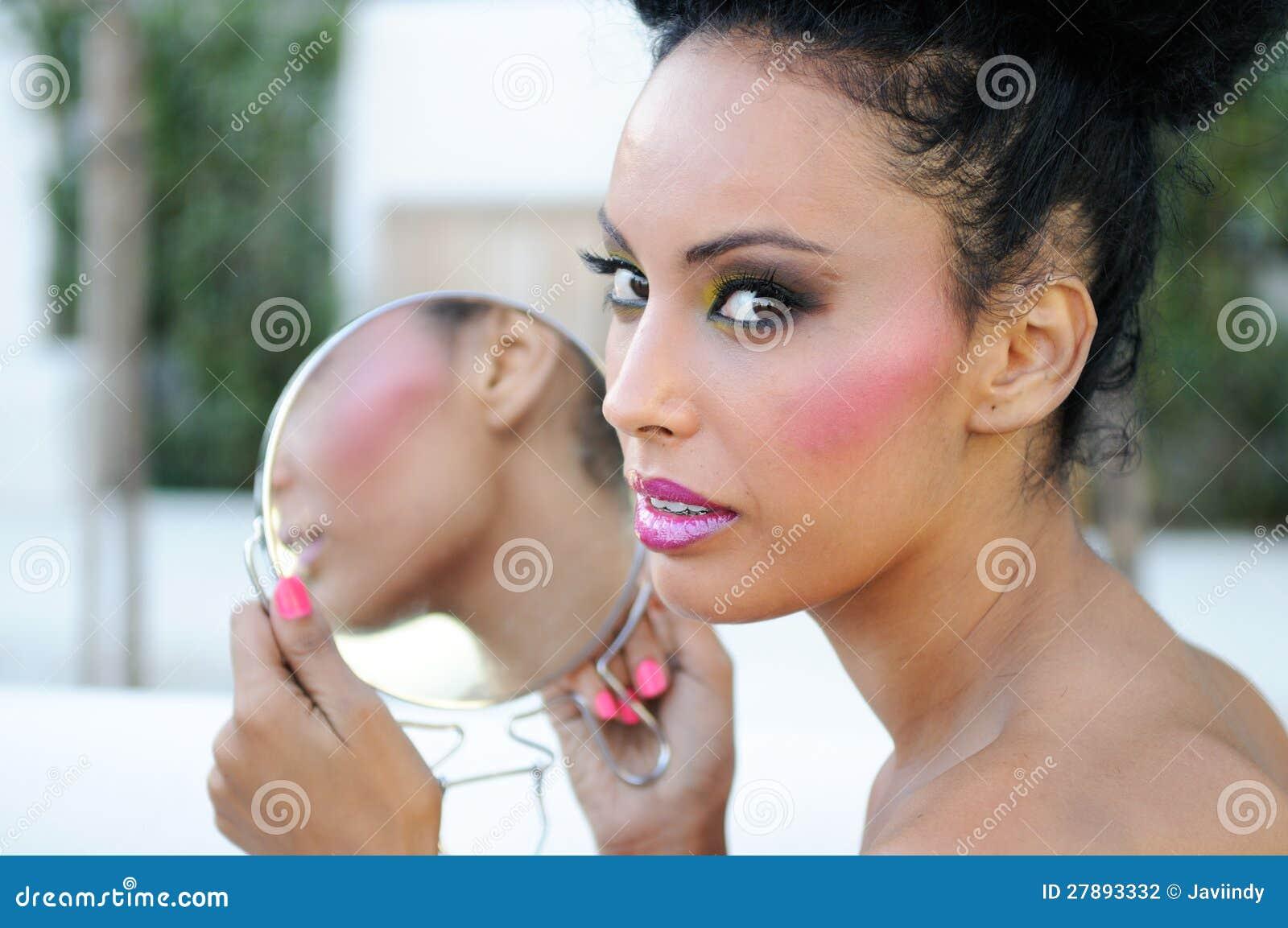 Όμορφο μαύρο κορίτσι με τον καθρέφτη