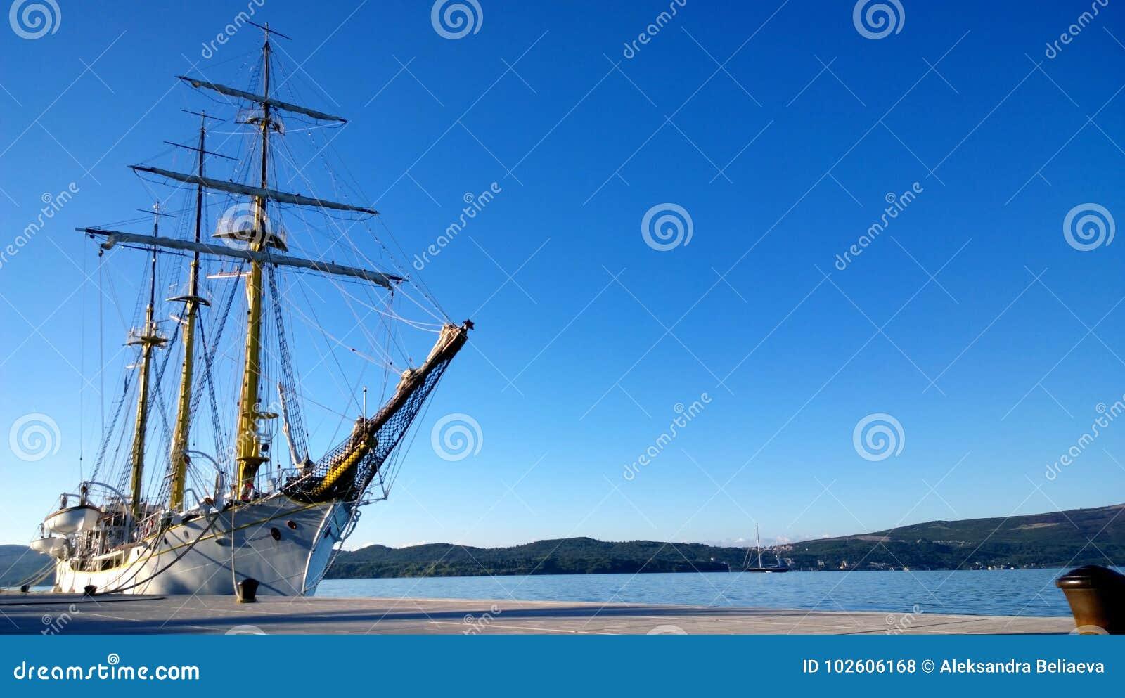 Όμορφο μεγάλο σκάφος με τις αντιστοιχίες κοντά στην ακτή Tivat