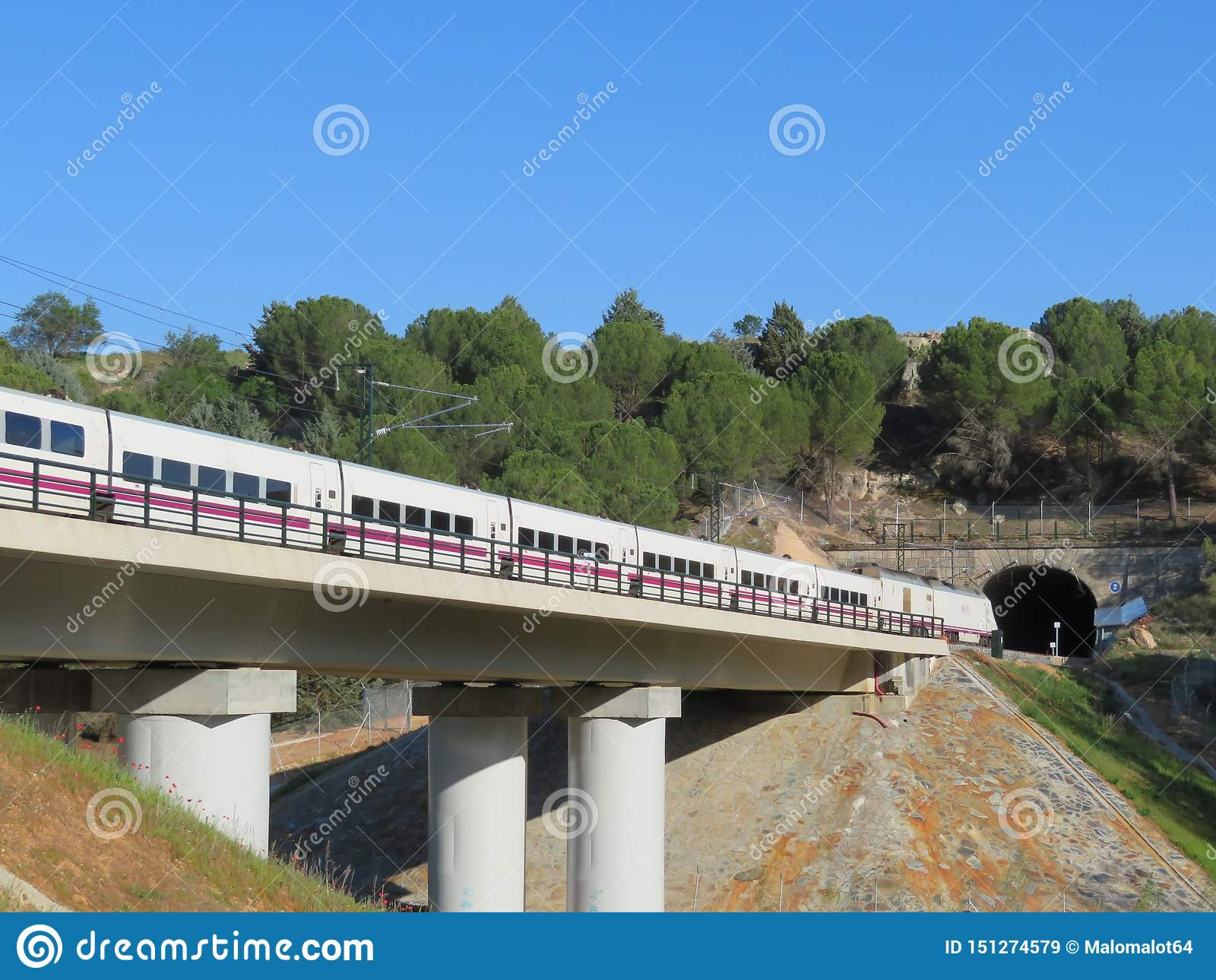 Όμορφο μεγάλο τραίνο που μετα:φέρω τους επιβάτες στον προορισμό τους