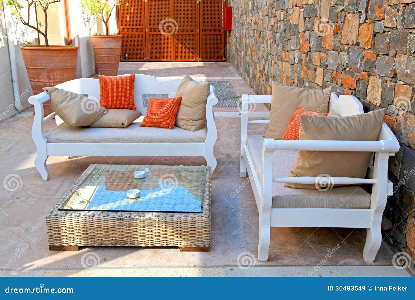 Όμορφο μεσογειακό patio με τα άσπρα υπαίθρια έπιπλα