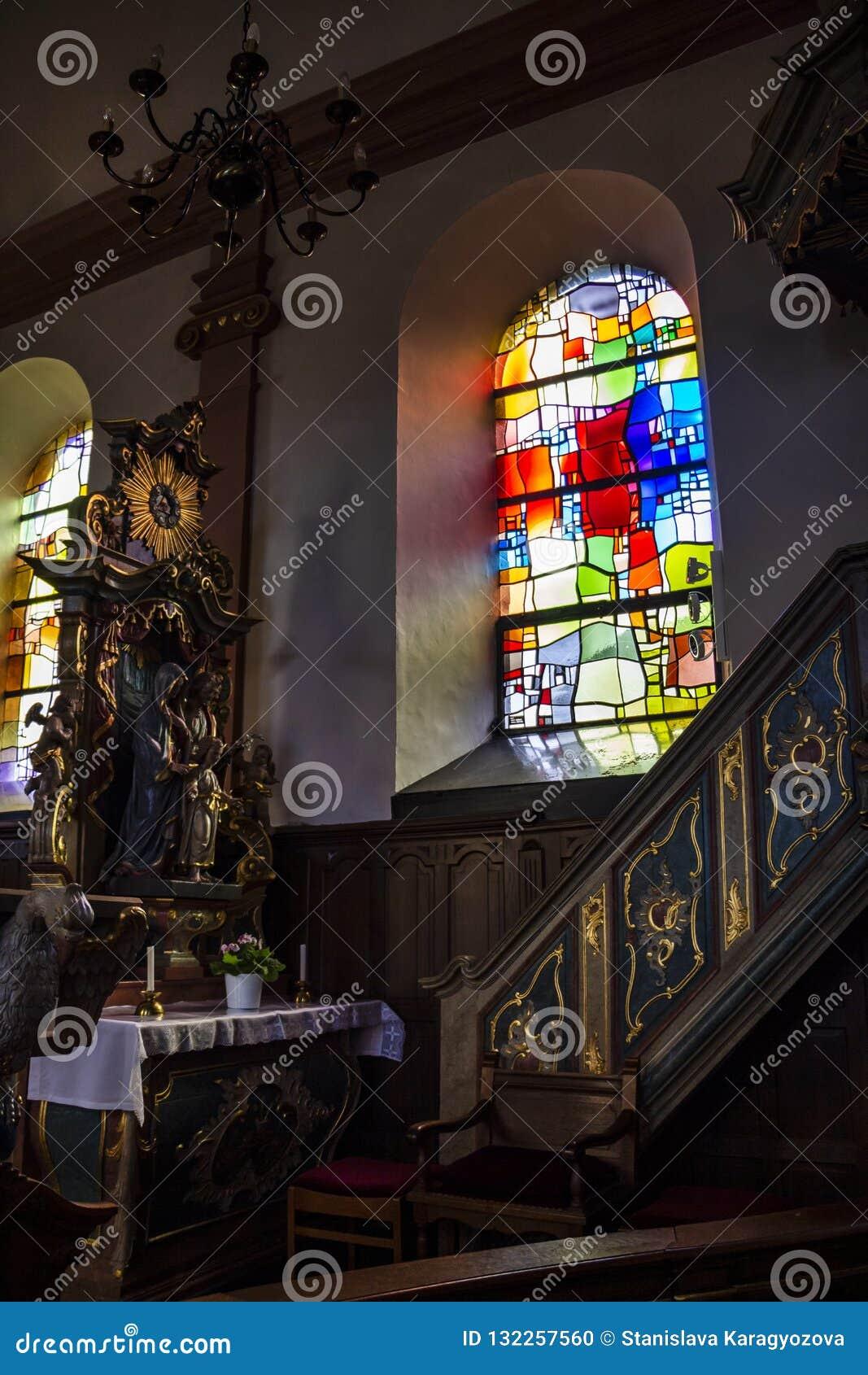 Όμορφο μπαρόκ εσωτερικό με ένα λεκιασμένο παράθυρο γυαλιού στην εκκλησία του ST Martin σε Hachiville, Λουξεμβούργο από το εργαστή