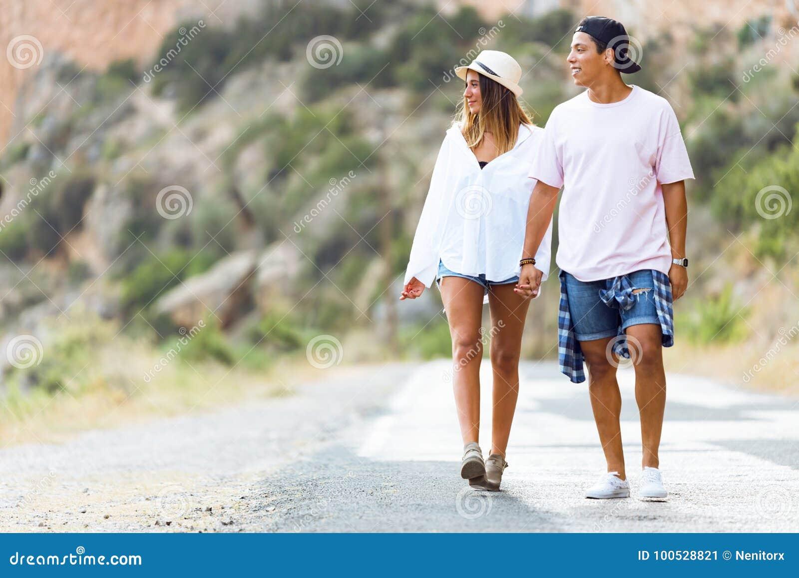 Όμορφο νέο ζεύγος που περπατά στο βουνό