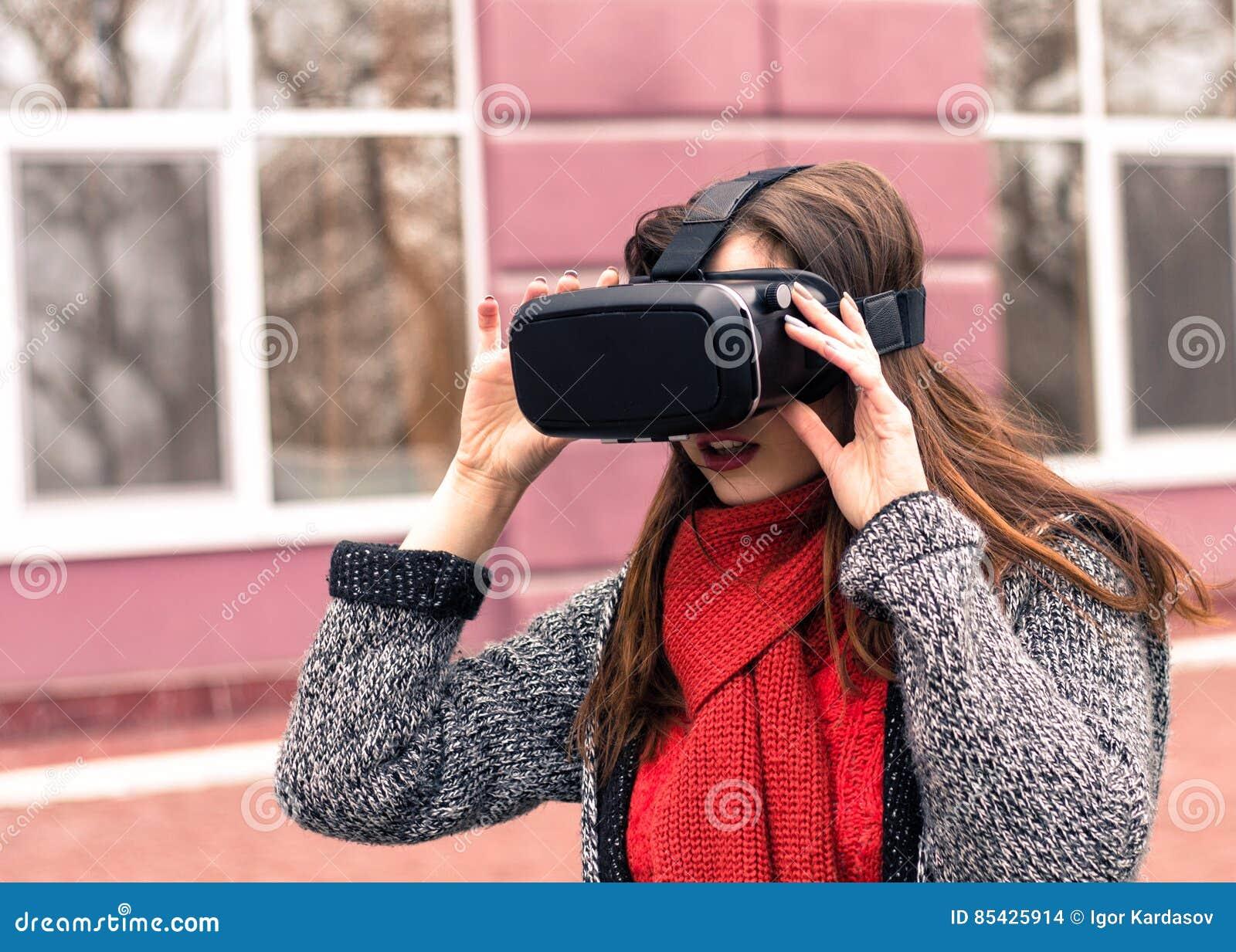 Όμορφο νέο κορίτσι με την κάσκα εικονικής πραγματικότητας ή τα τρισδιάστατα γυαλιά