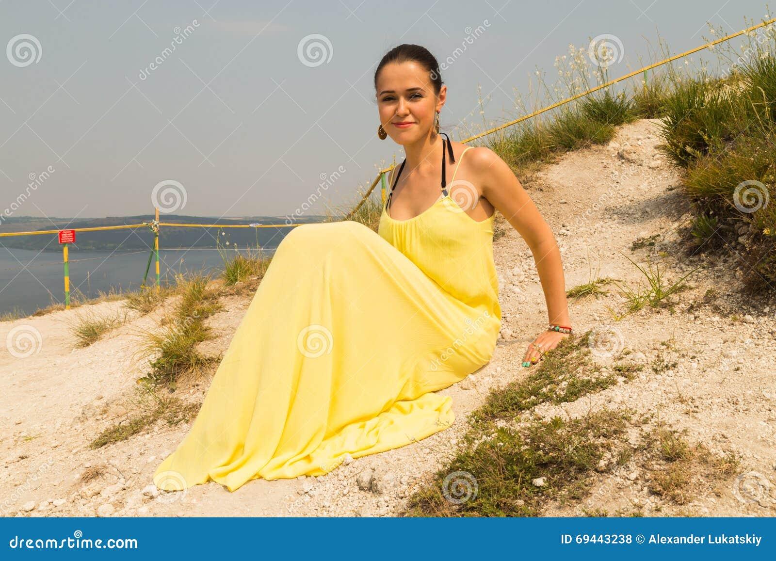 Όμορφο νέο κορίτσι σε έναν περίπατο στο πάρκο