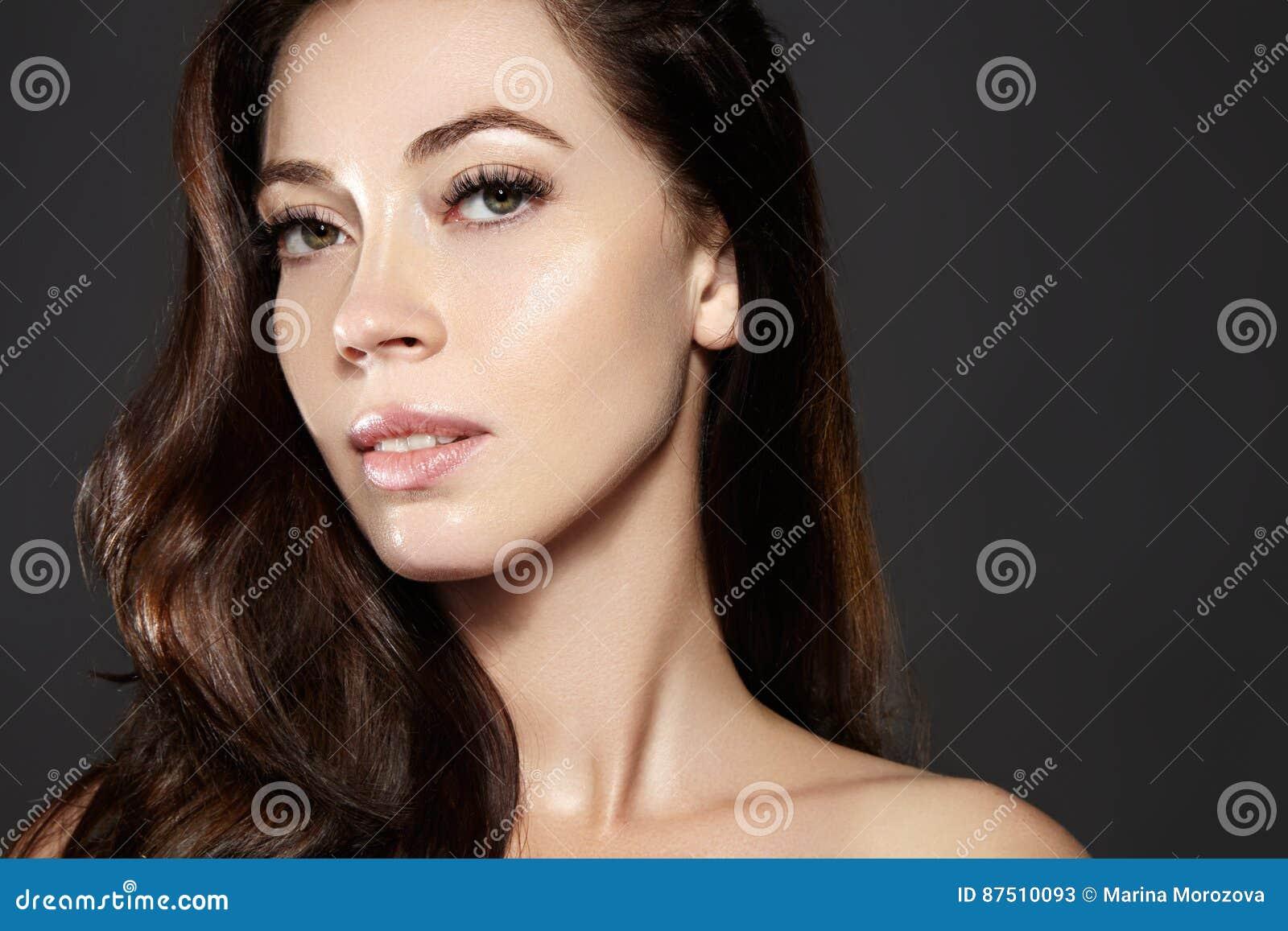 Όμορφο νέο πρότυπο γυναικών με την πετώντας καφετιά τρίχα χρώματος Αποτελέστε, σγουρό hairstyle Haircare, σύνθεση