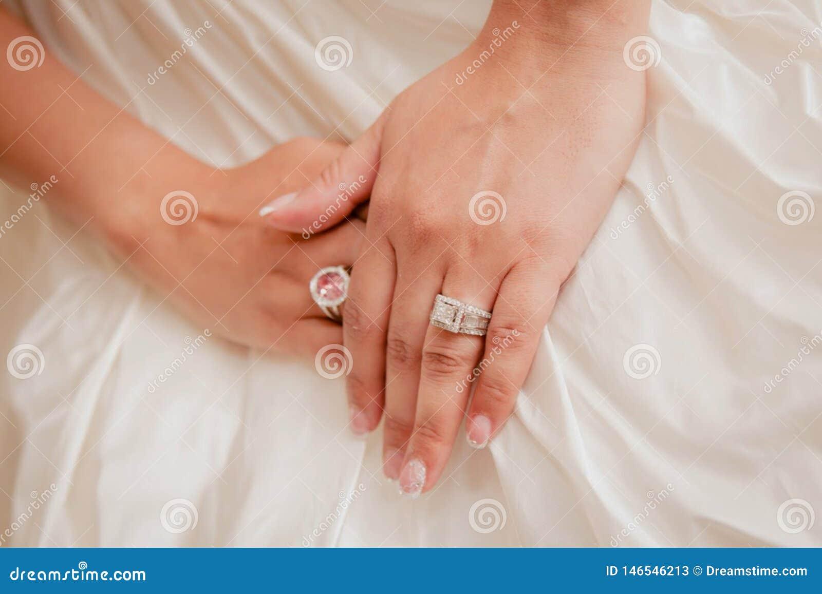 Όμορφο νυφικό σχέδιο γαμήλιων δαχτυλιδιών Εξωραϊσμένος με μια αφή του άσπρου όμορφου σχεδίου γαμήλιων φορεμάτων