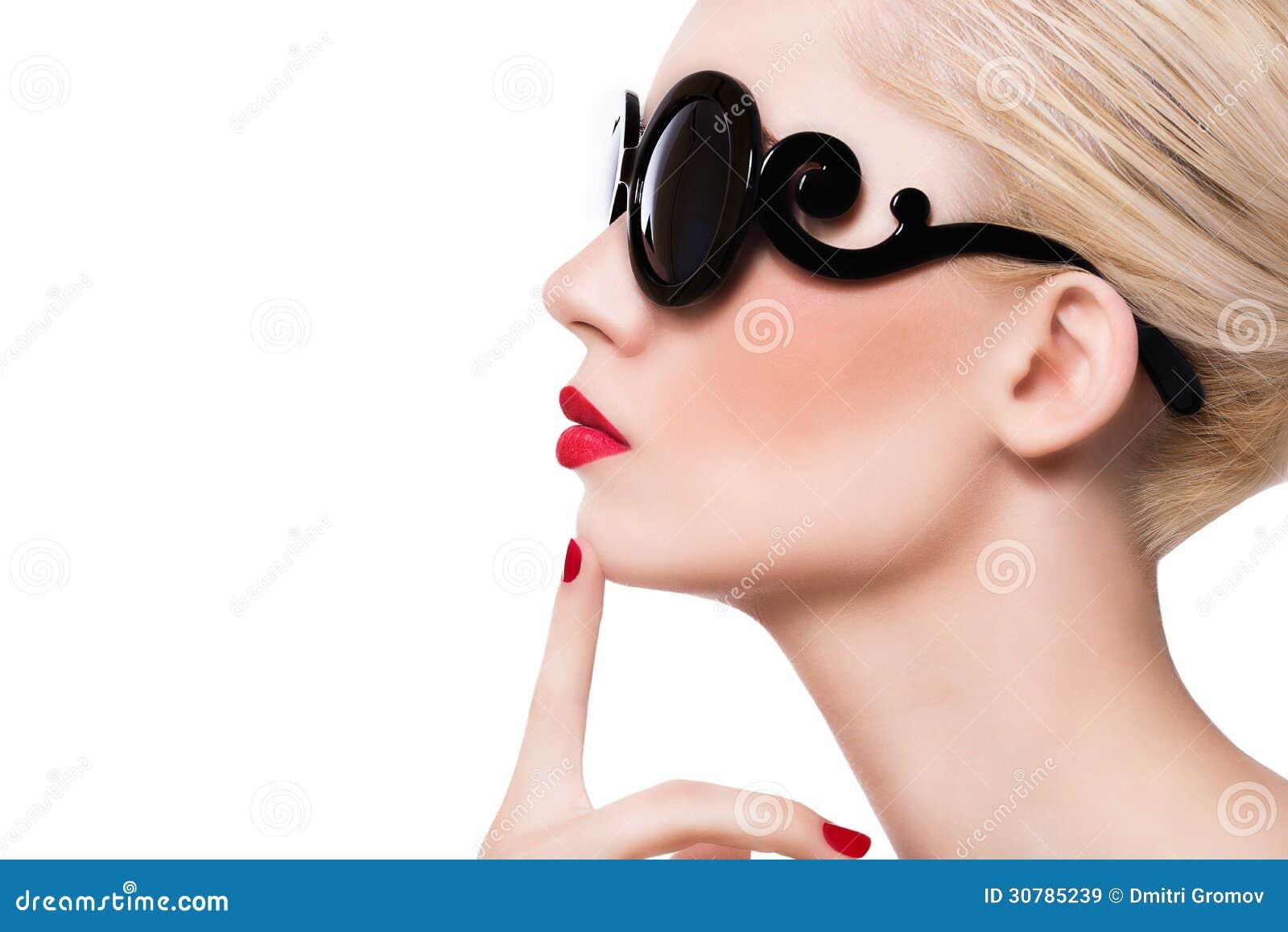 298d097d4f3 Όμορφο ξανθό κορίτσι στα γυαλιά ηλίου με τα κόκκινα χείλια στο άσπρο  υπόβαθρο. Φωτογραφία ...