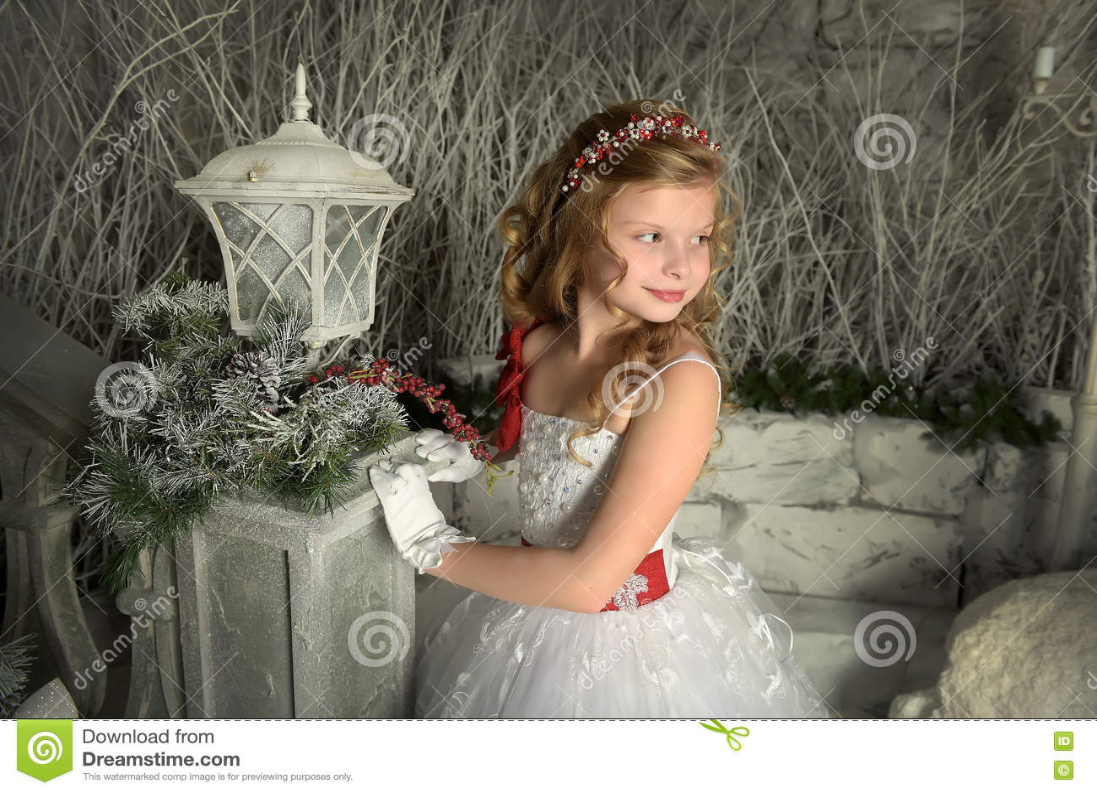 8b326255b9a Όμορφο ξανθό κορίτσι σε ένα έξυπνο άσπρο φόρεμα Φωτογραφίες στο αναδρομικό  ύφος