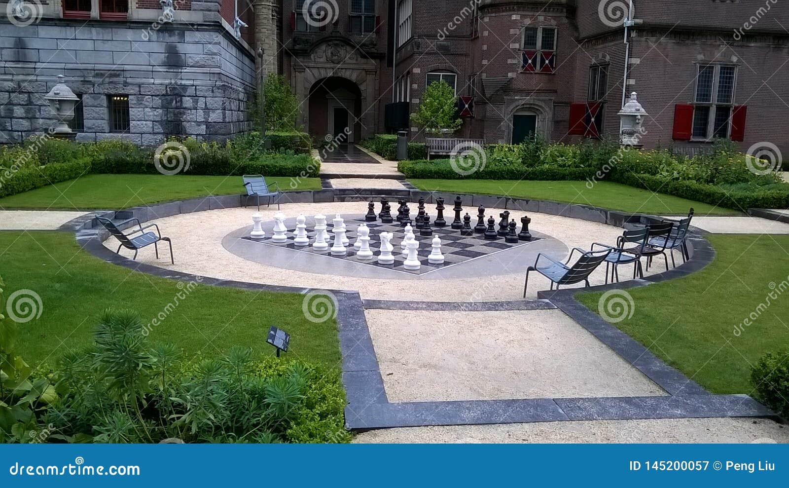 Όμορφο πάρκο με το μεγάλο πίνακα σκακιού και τα κομμάτια
