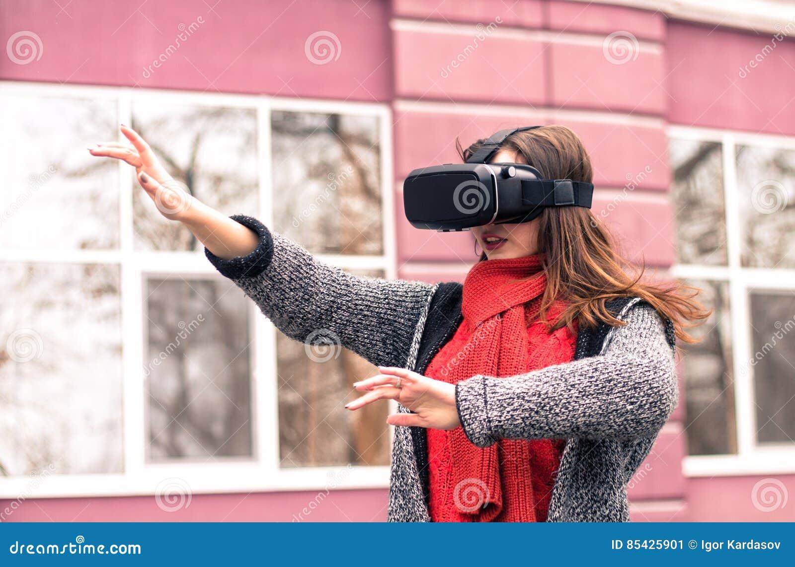 Όμορφο παιχνίδι νέων κοριτσιών με την κάσκα εικονικής πραγματικότητας ή τρισδιάστατος