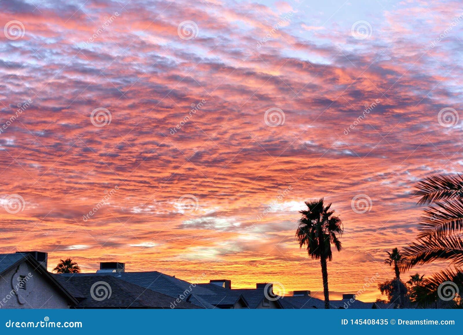 Όμορφο πορτοκαλί και ρόδινο ηλιοβασίλεμα της Αριζόνα