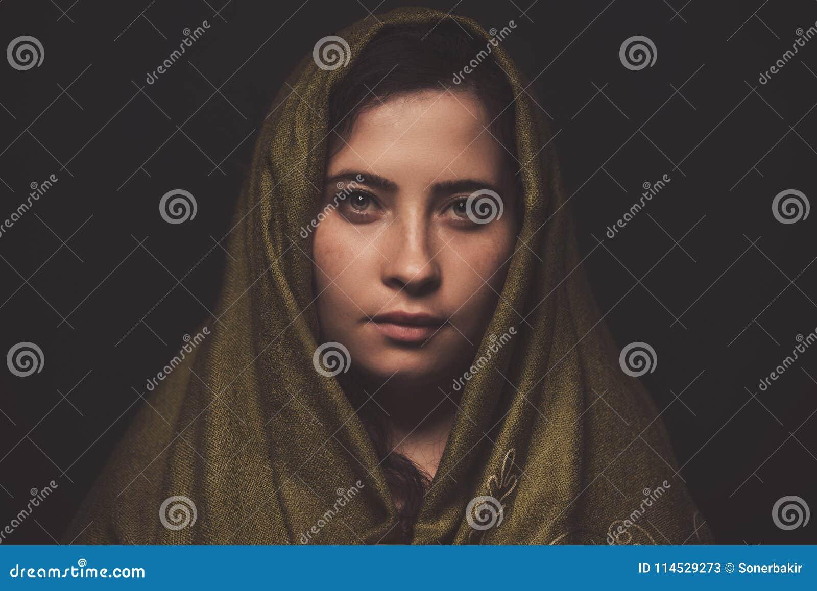 Όμορφο πορτρέτο γυναικών με το πράσινο μαντίλι πέρα από το κεφάλι της, πυροβολισμός στούντιο