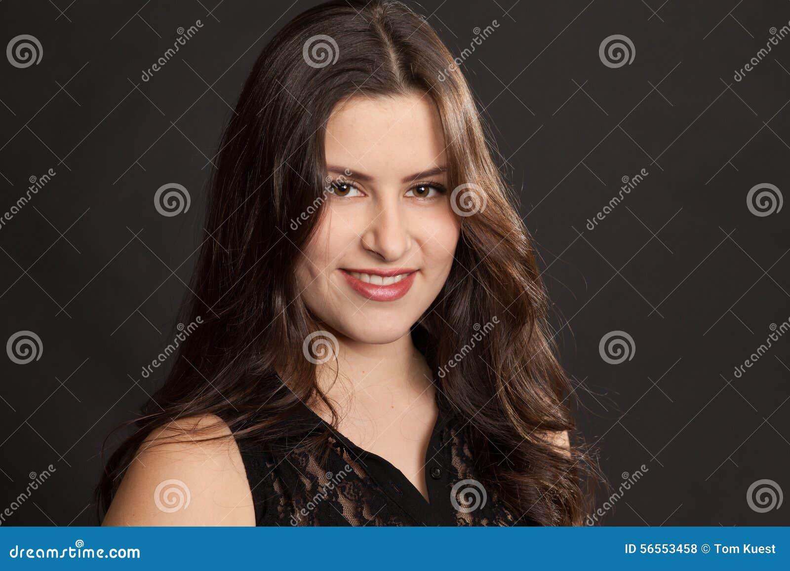 Download Όμορφο πορτρέτο γυναικών σε ένα στούντιο Στοκ Εικόνες - εικόνα από χαρούμενος, θηλυκό: 56553458
