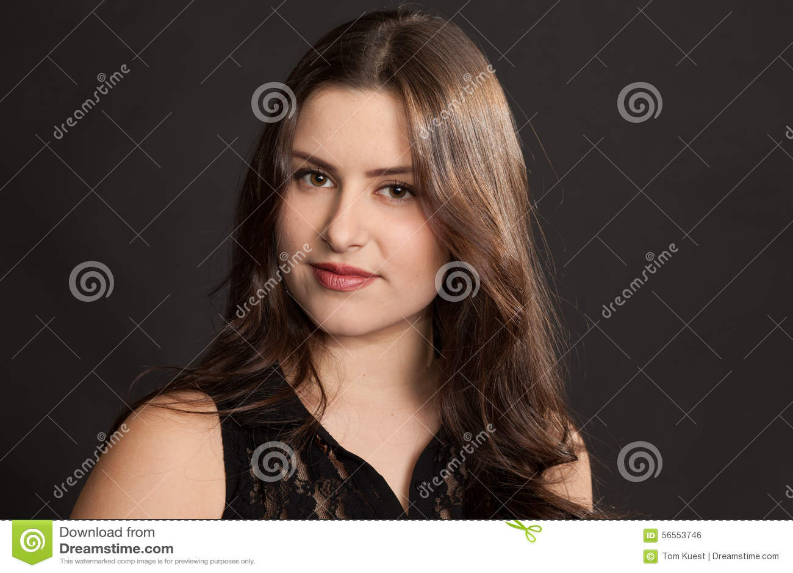 Download Όμορφο πορτρέτο γυναικών σε ένα στούντιο Στοκ Εικόνες - εικόνα από τρίχωμα, περιστασιακός: 56553746