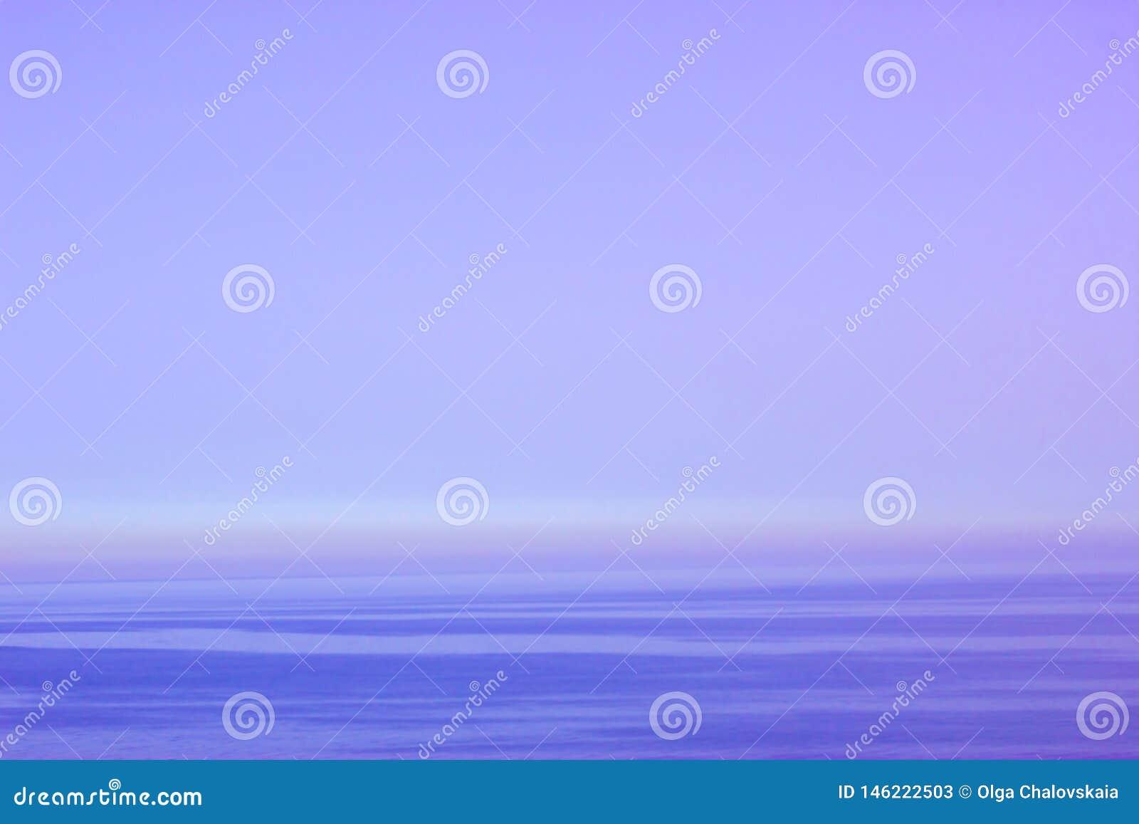 Όμορφο πορφυρό ηλιοβασίλεμα πέρα από τη θάλασσα
