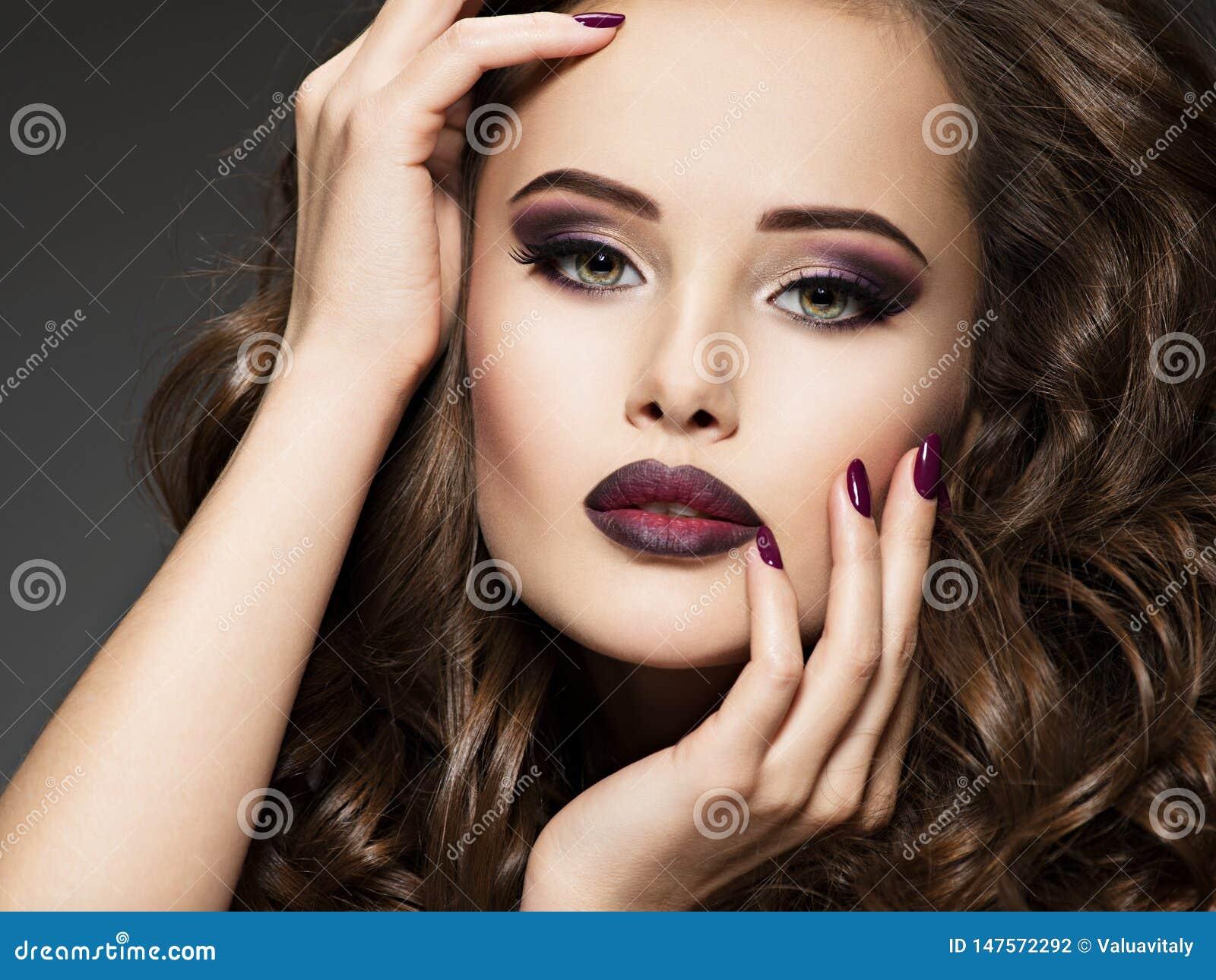 Όμορφο πρόσωπο της αισθησιακής γυναίκας με το καφέ makeup