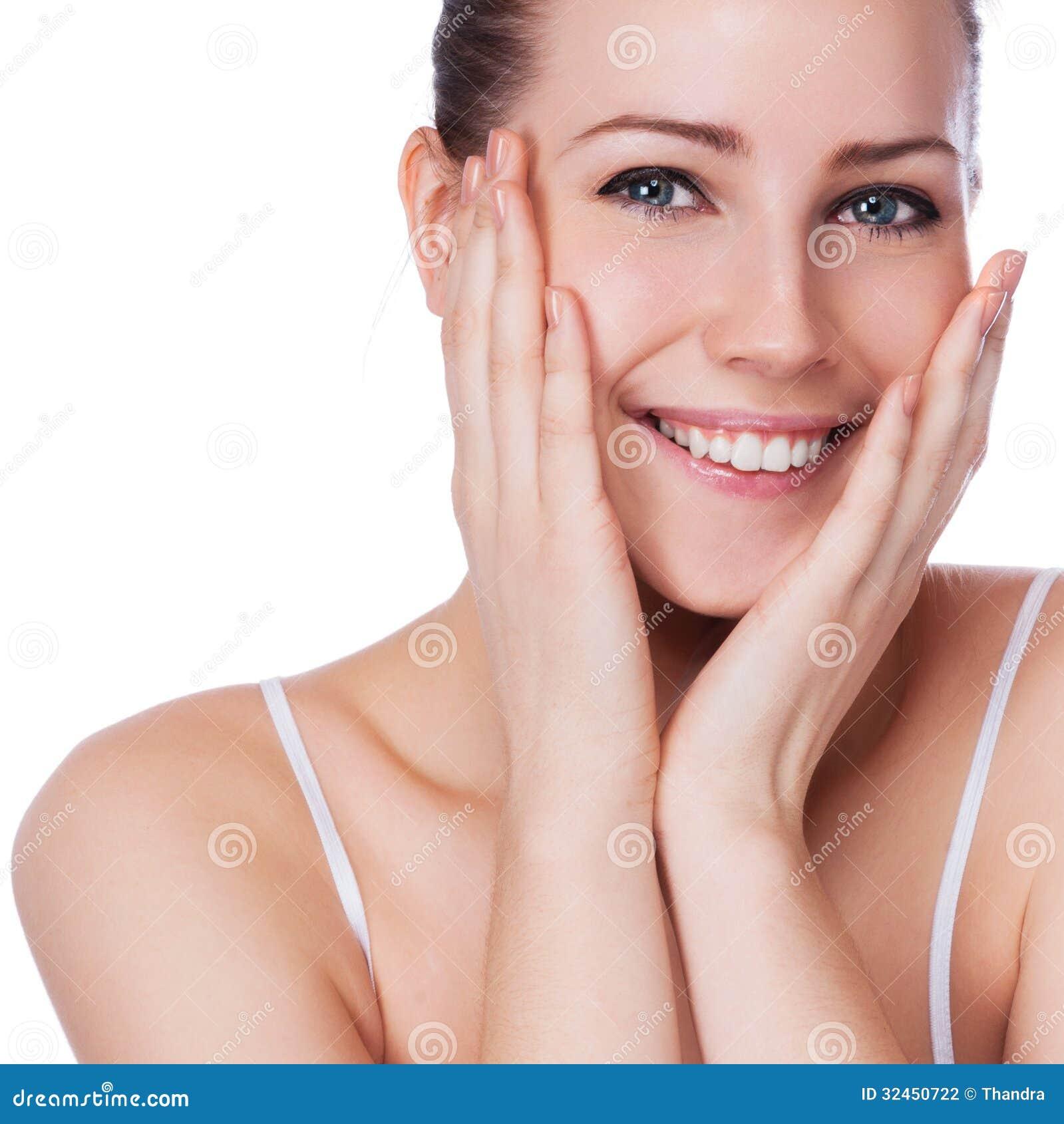 Όμορφο πρόσωπο της νέας ενήλικης γυναίκας με το καθαρό φρέσκο δέρμα