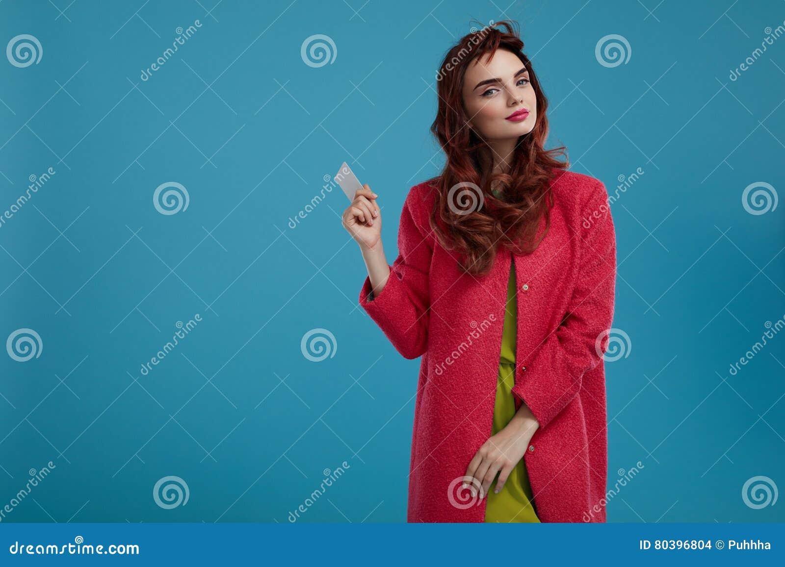Όμορφο πρότυπο κορίτσι μόδας στα μοντέρνα ενδύματα με την κενή κάρτα