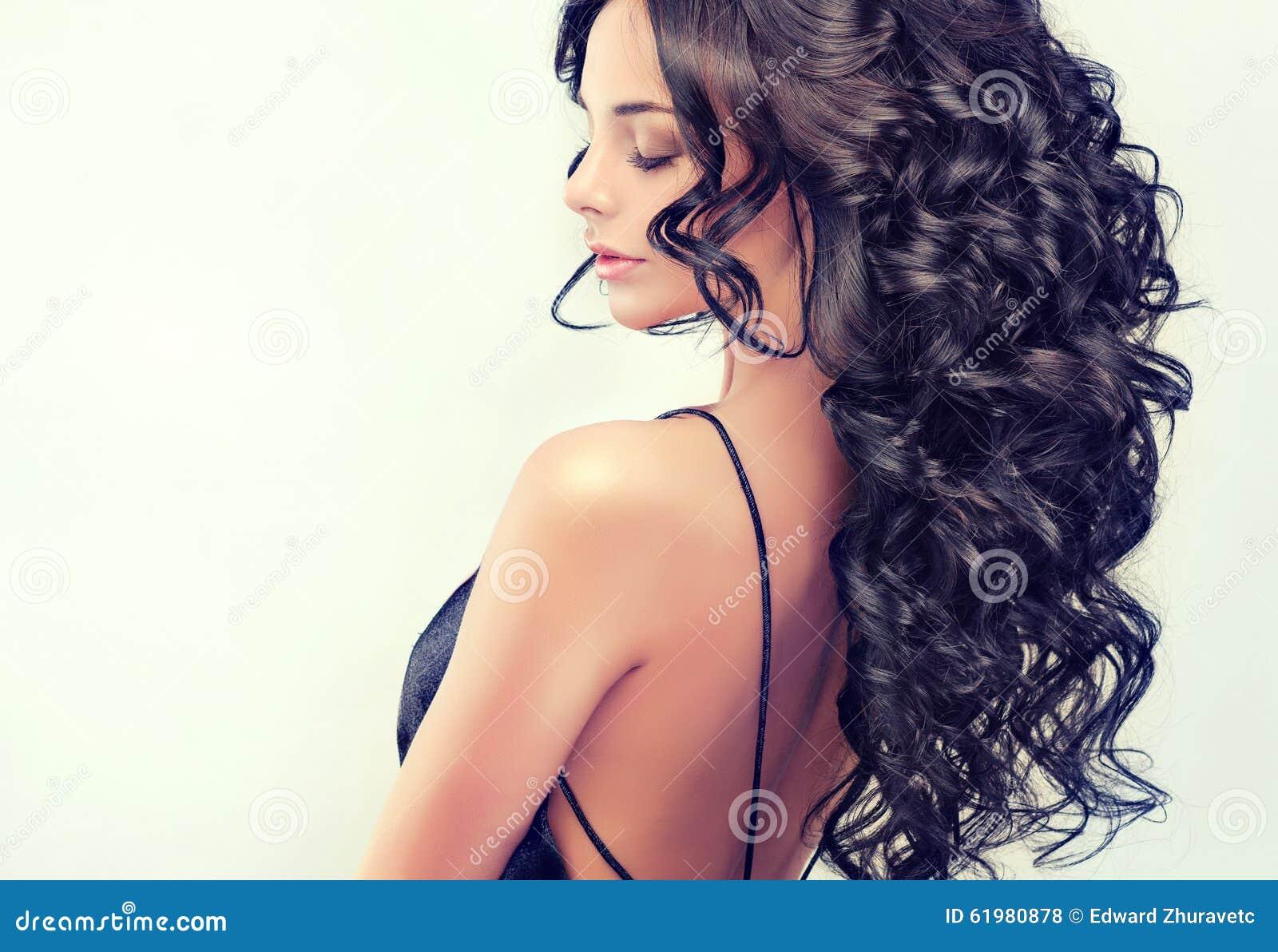 Όμορφο πρότυπο κοριτσιών πορτρέτου με την πολύ μαύρη κατσαρωμένη τρίχα