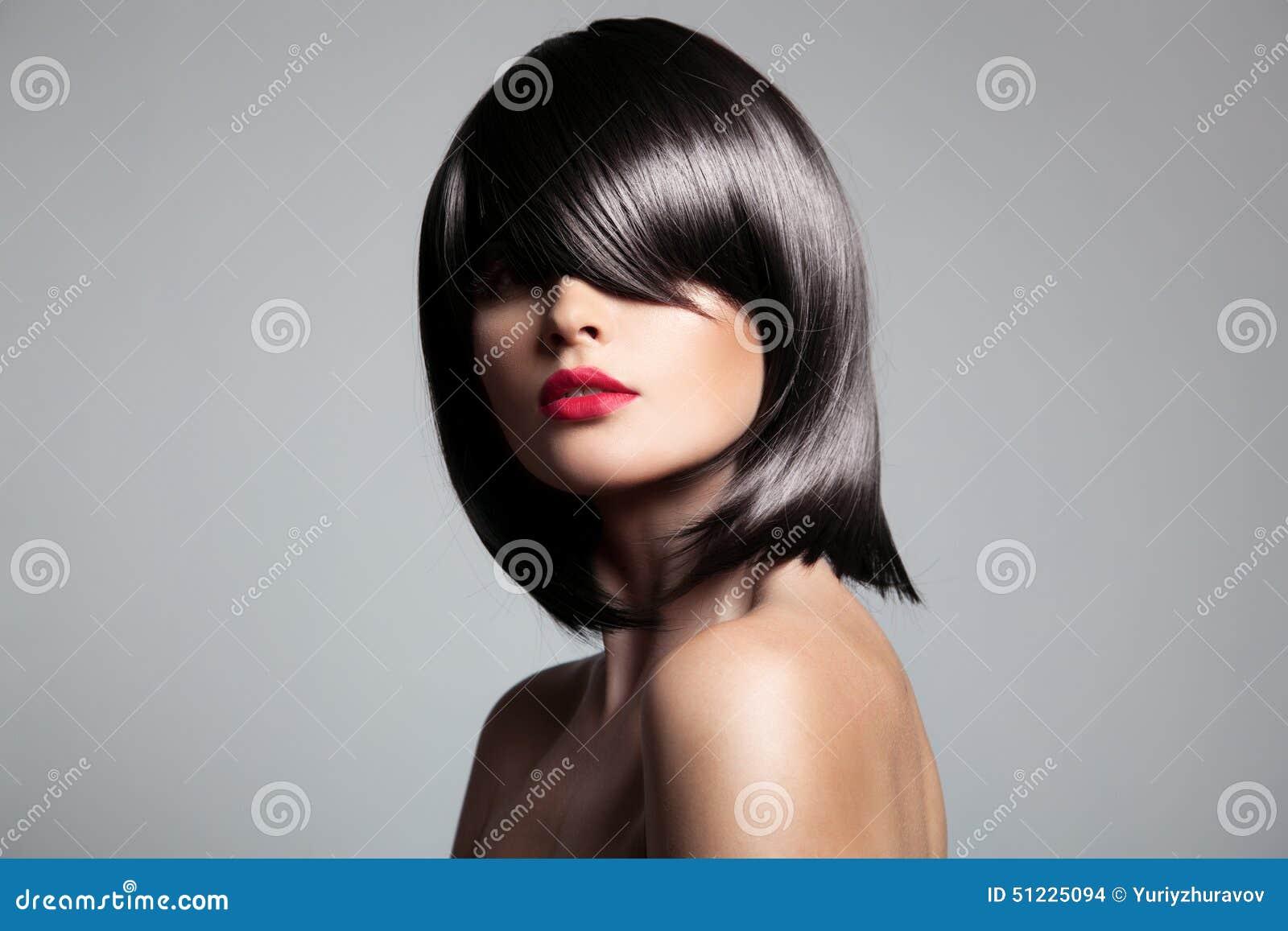 Όμορφο πρότυπο brunette με την τέλεια στιλπνή τρίχα