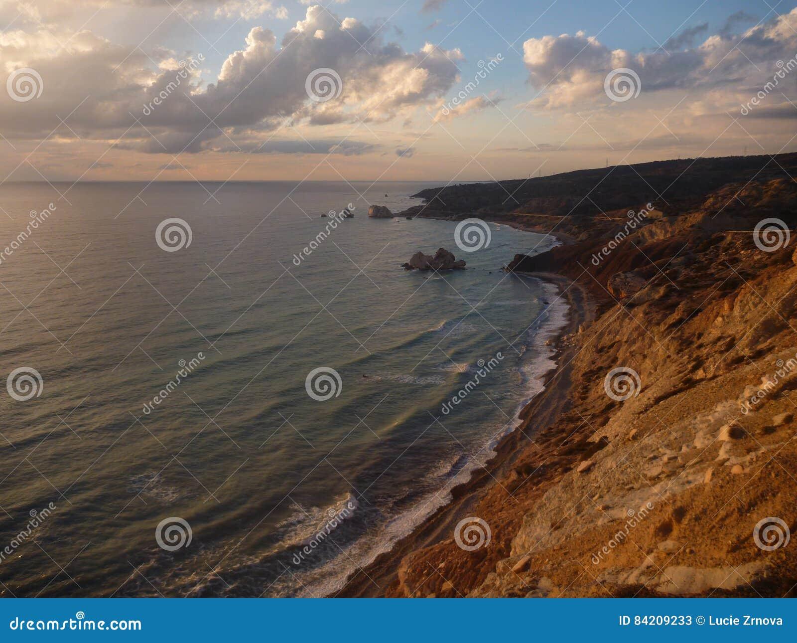 Όμορφο ρομαντικό ηλιοβασίλεμα σε μια δύσκολη ακτή
