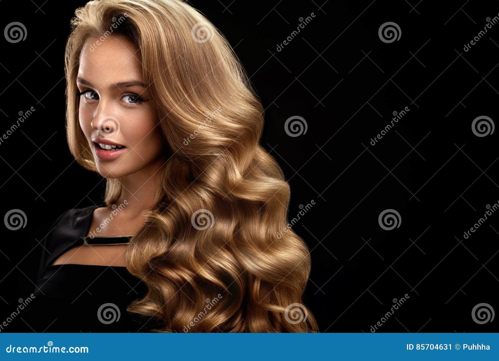 όμορφο σγουρό τρίχωμα Θηλυκό πρότυπο ομορφιάς με την τρίχα όγκου