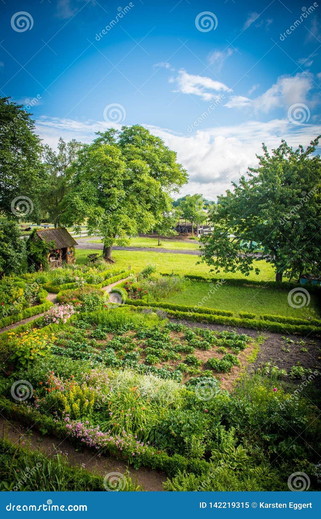Όμορφο σπίτι κήπων σε ένα dreamlike idyll
