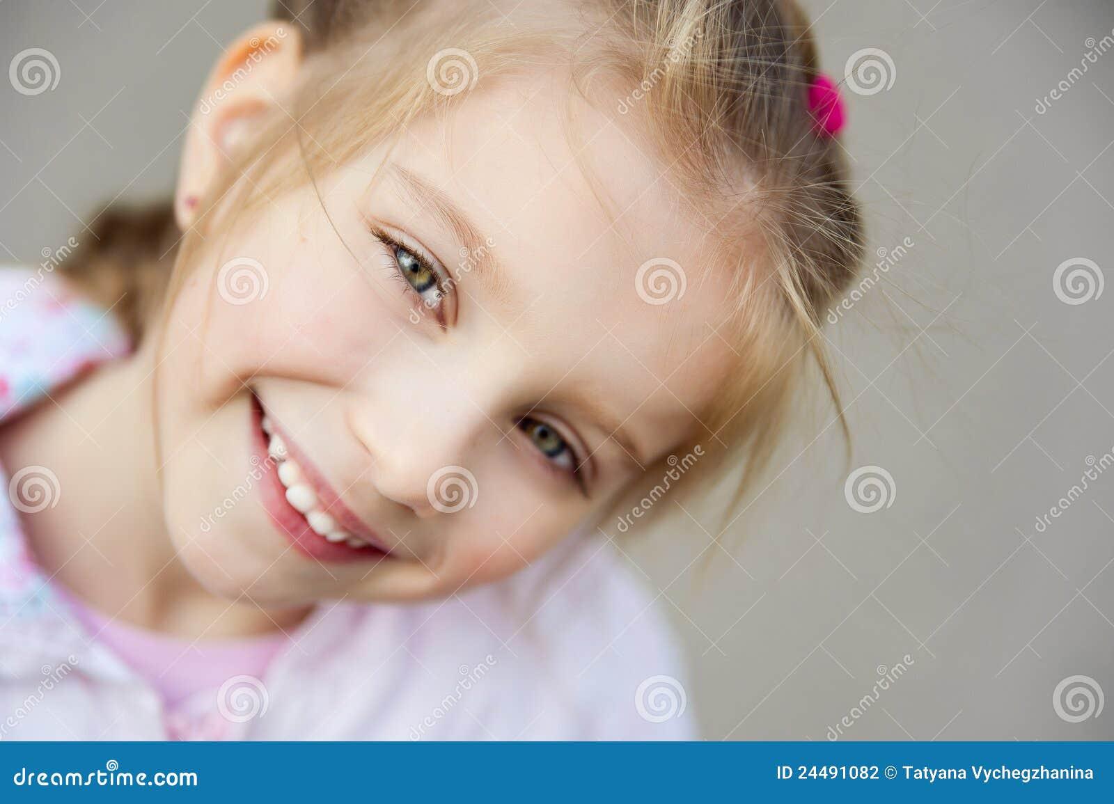 όμορφο στενό κορίτσι liitle επάνω