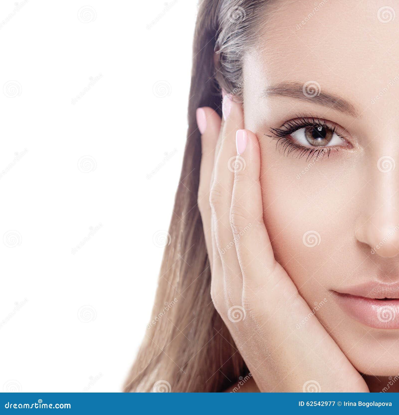 Όμορφο στούντιο προσώπου γυναικών μισό στο λευκό με τα προκλητικά χείλια που απομονώνεται στο λευκό σχετικά με το πρόσωπό του από