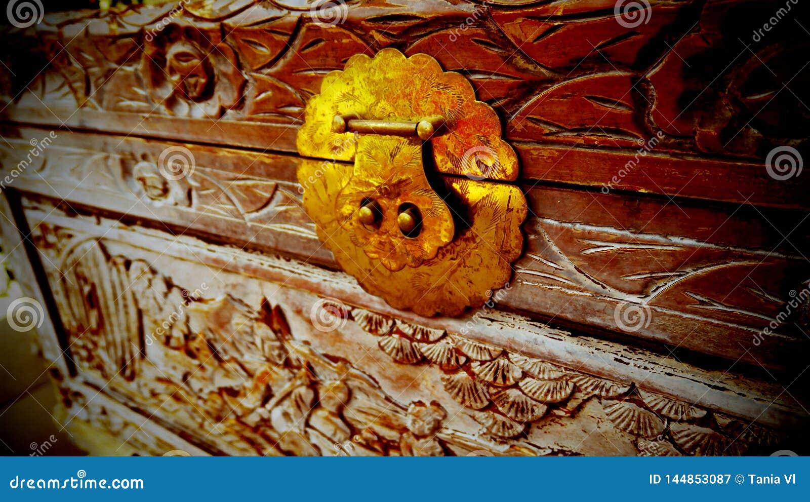 Όμορφο σχέδιο που χαράζεται σε ένα παλαιό ξύλινο στήθος