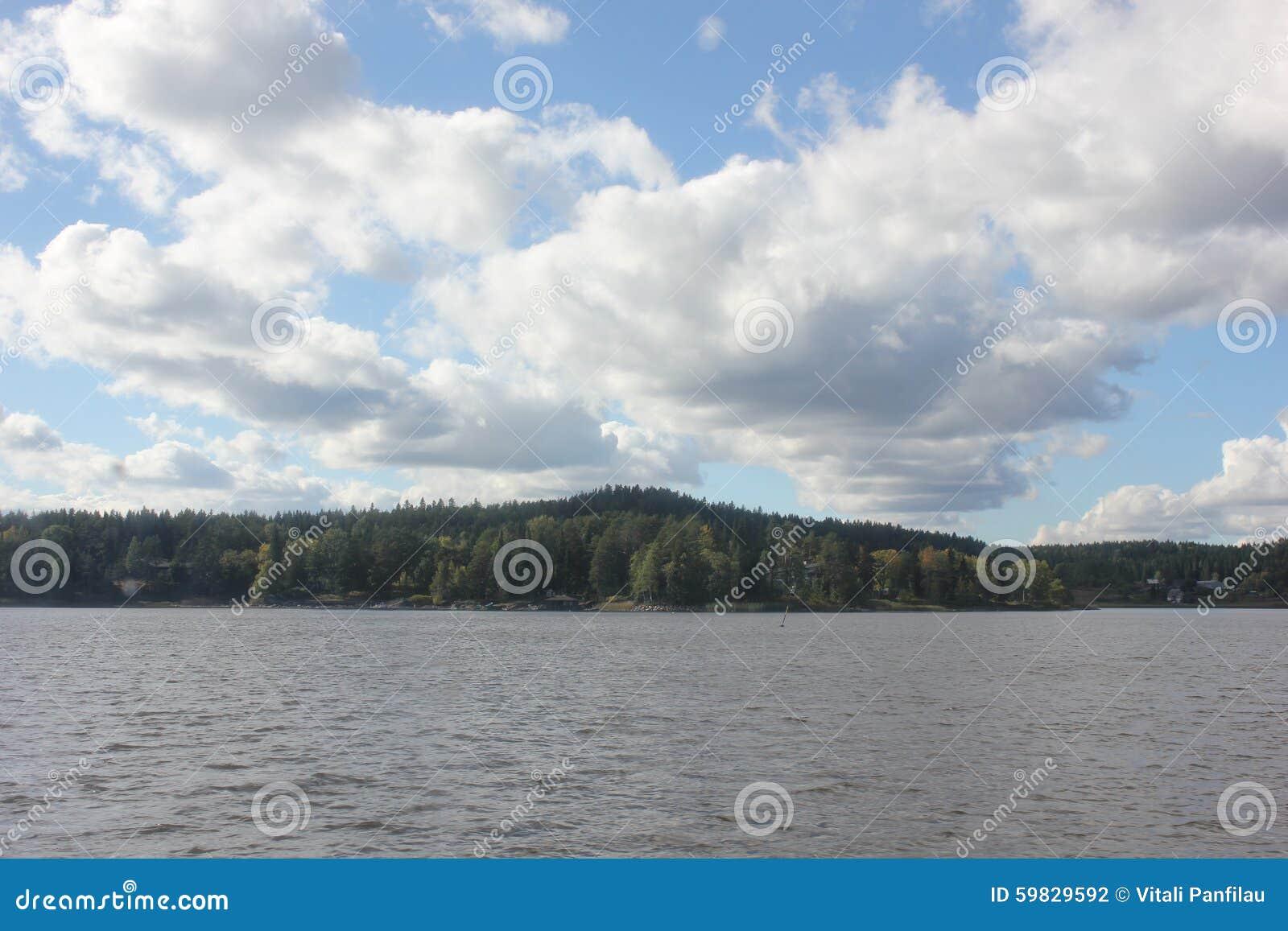 Όμορφο τοπίο με μια λίμνη