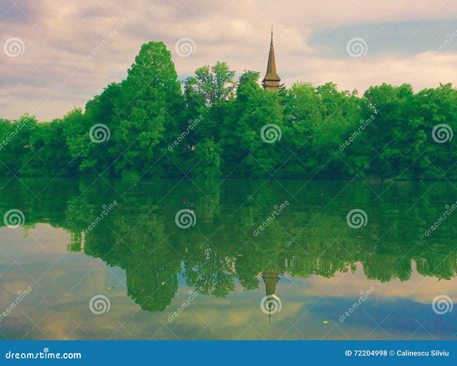 Όμορφο τοπίο με την ξύλινη άποψη πύργων σχετικά με τη λίμνη