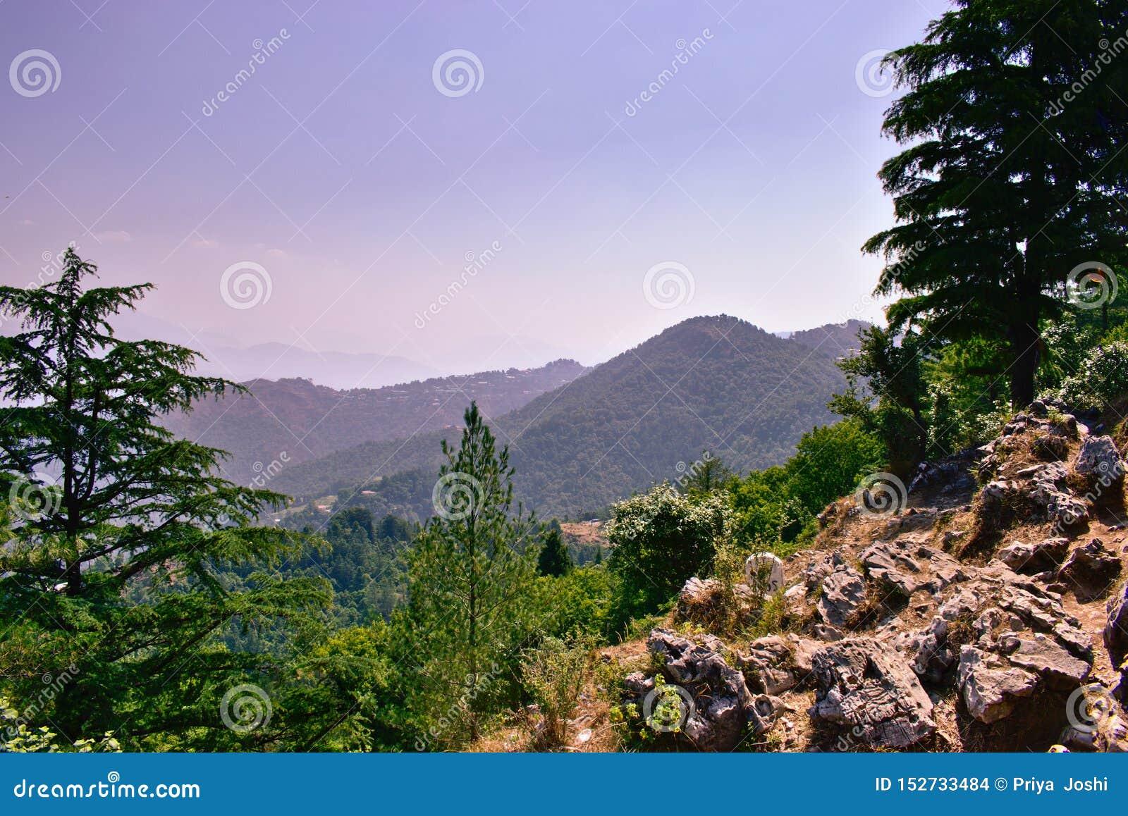 Όμορφο τοπίο τοπίων βουνών με τους βράχους και τα δέντρα