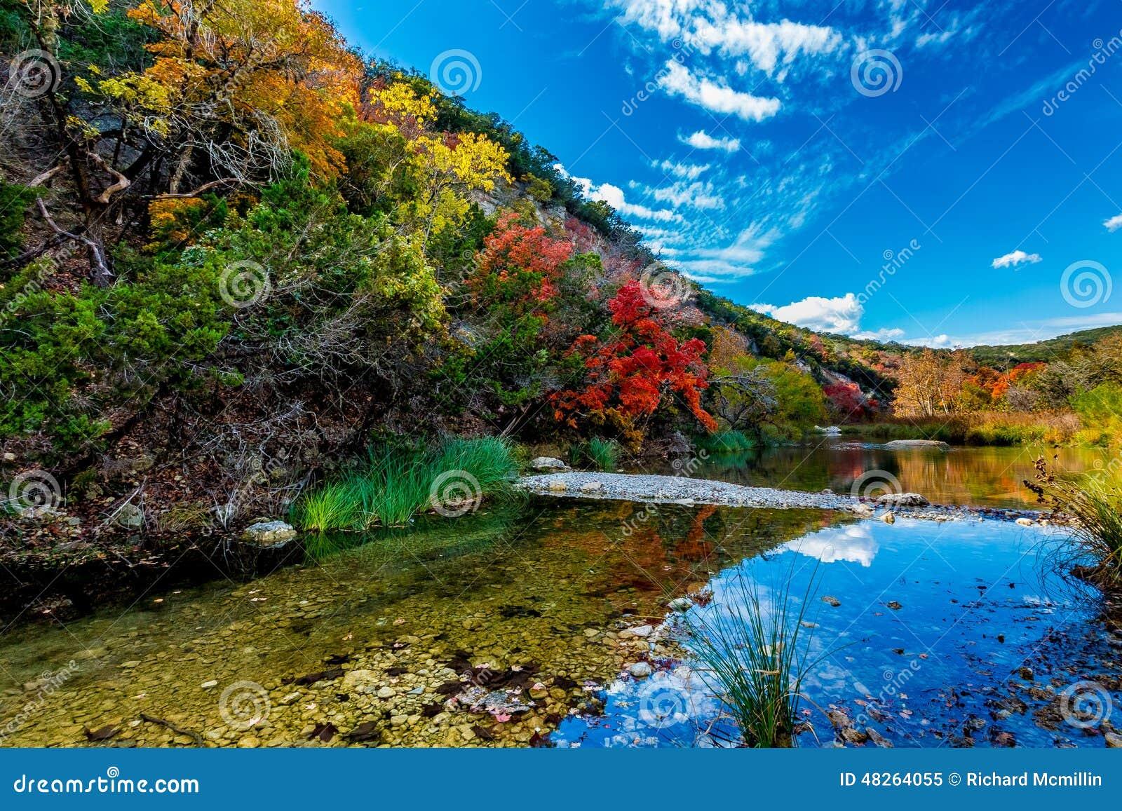 Όμορφο τοπίο του φυλλώματος πτώσης και του σαφούς κολπίσκου στο χαμένο κρατικό πάρκο σφενδάμνων, Τέξας
