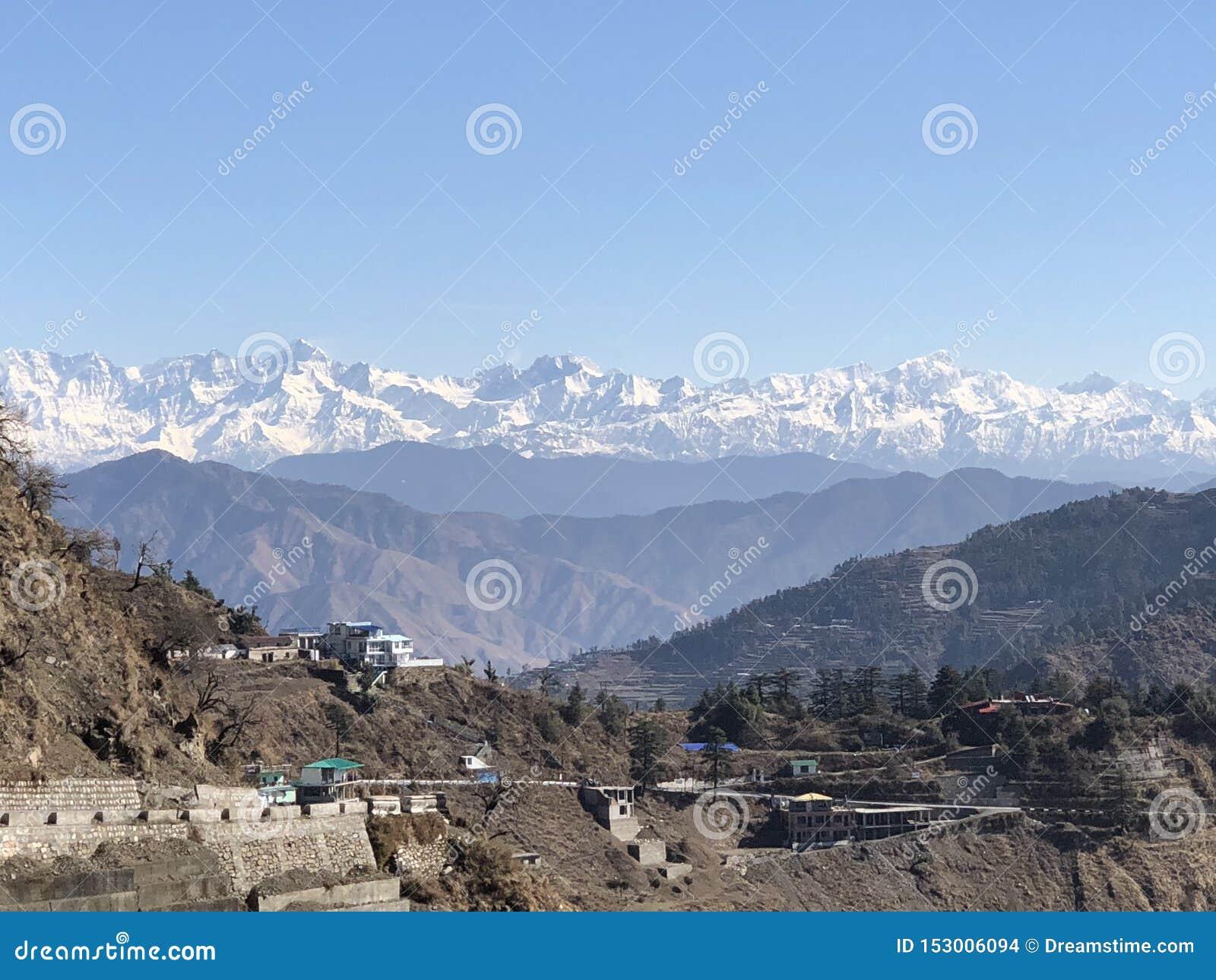 Όμορφο τοπίο των χιονισμένων σειρών Himalayan