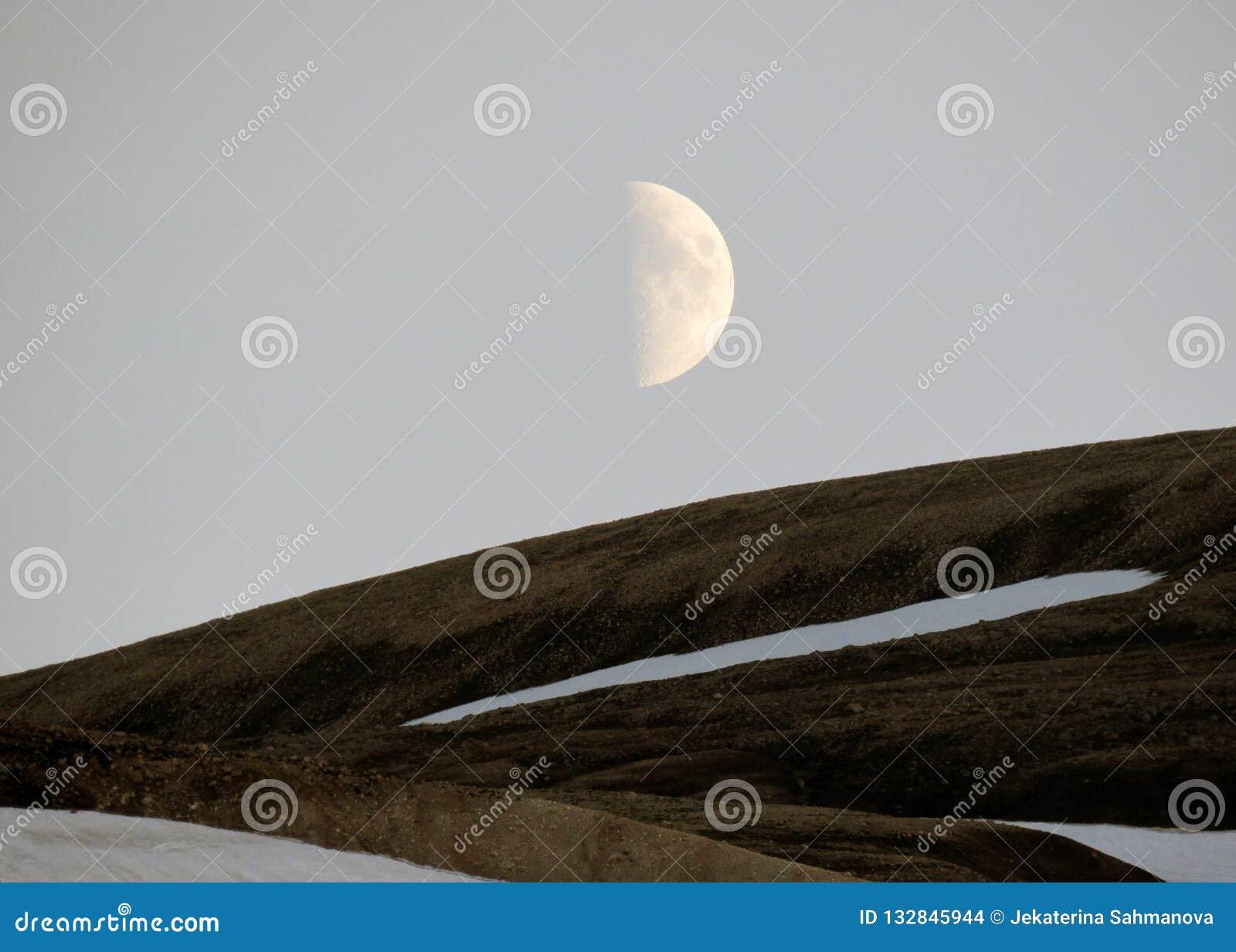 Όμορφο τοπίο Landmannalaugar με το χιόνι και το κηρώνοντας φεγγάρι, στην κορυφή του βουνού Blahnukur κατά τη διάρκεια του ηλιοβασ