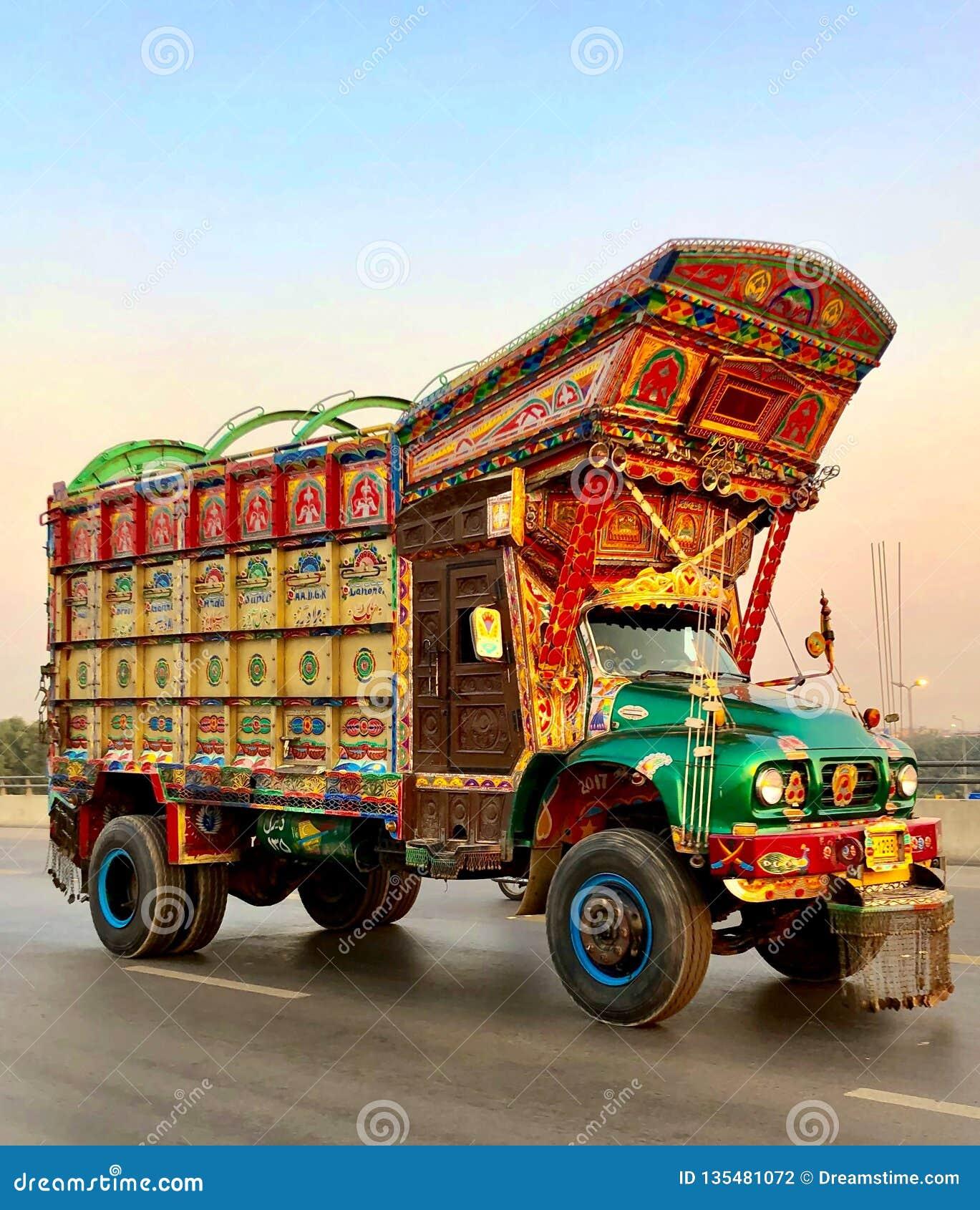 Όμορφο φορτηγό με την πακιστανικούς παράδοση και τον πολιτισμό