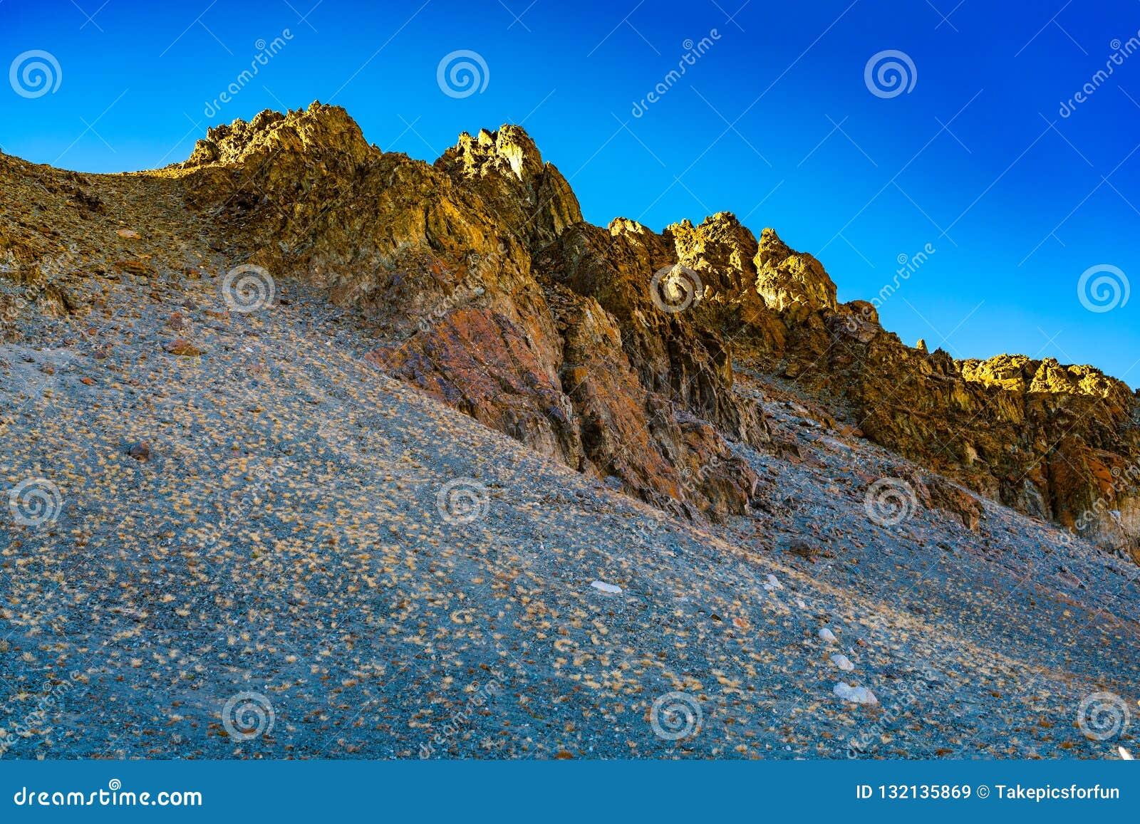 Όμορφο φως βραδιού πέρα από την κορυφή του καταπληκτικού βουνού
