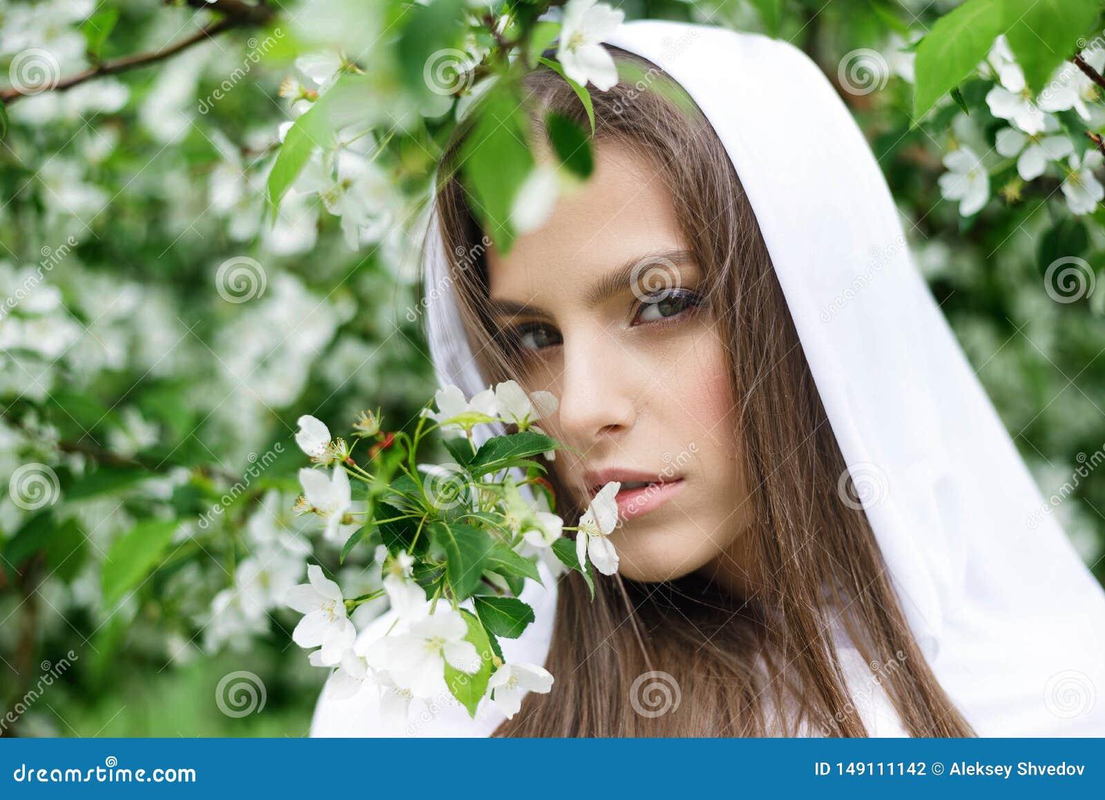 Όμορφο φύσηγμα κοριτσιών