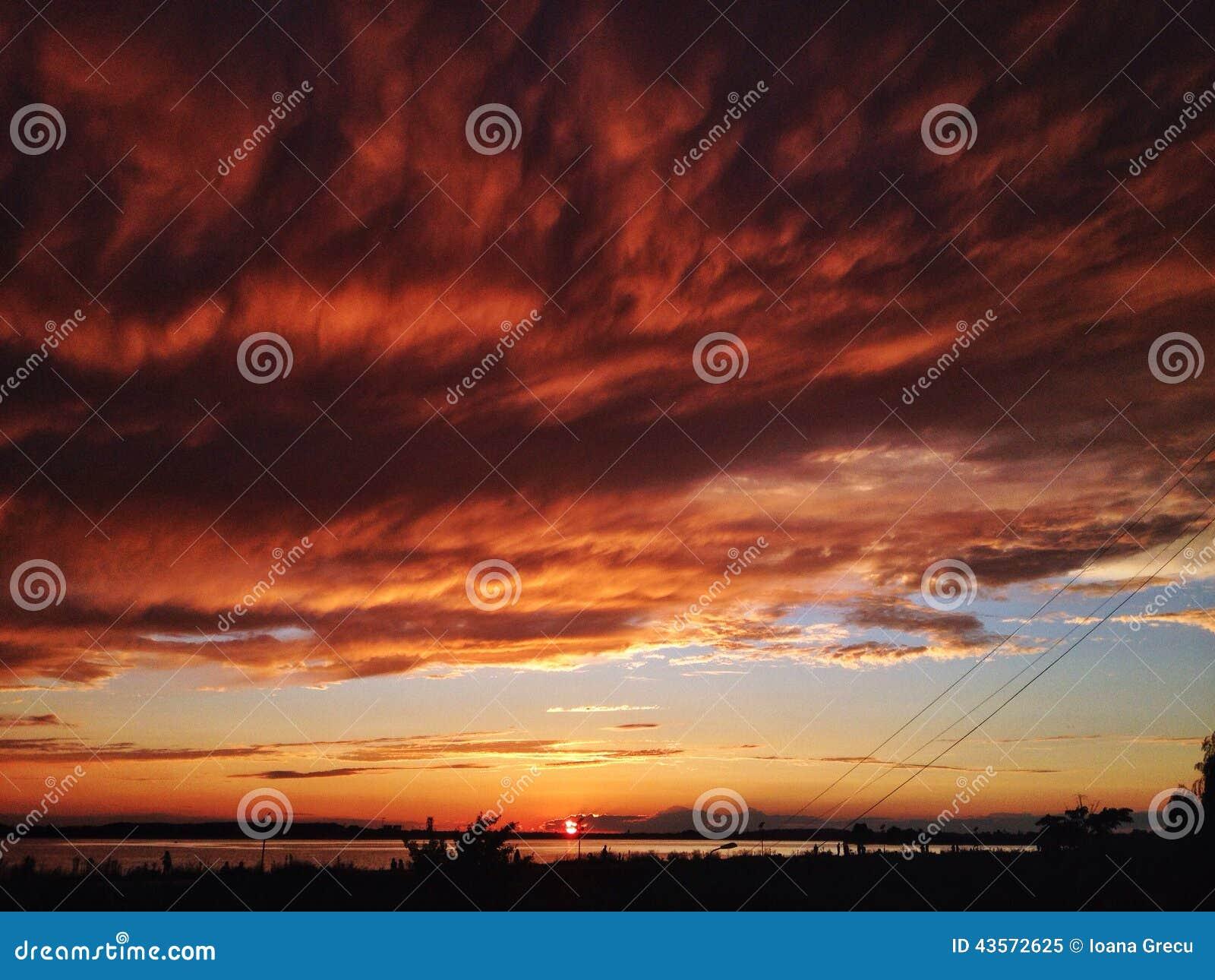 όμορφο φλογερό ηλιοβασίλεμα