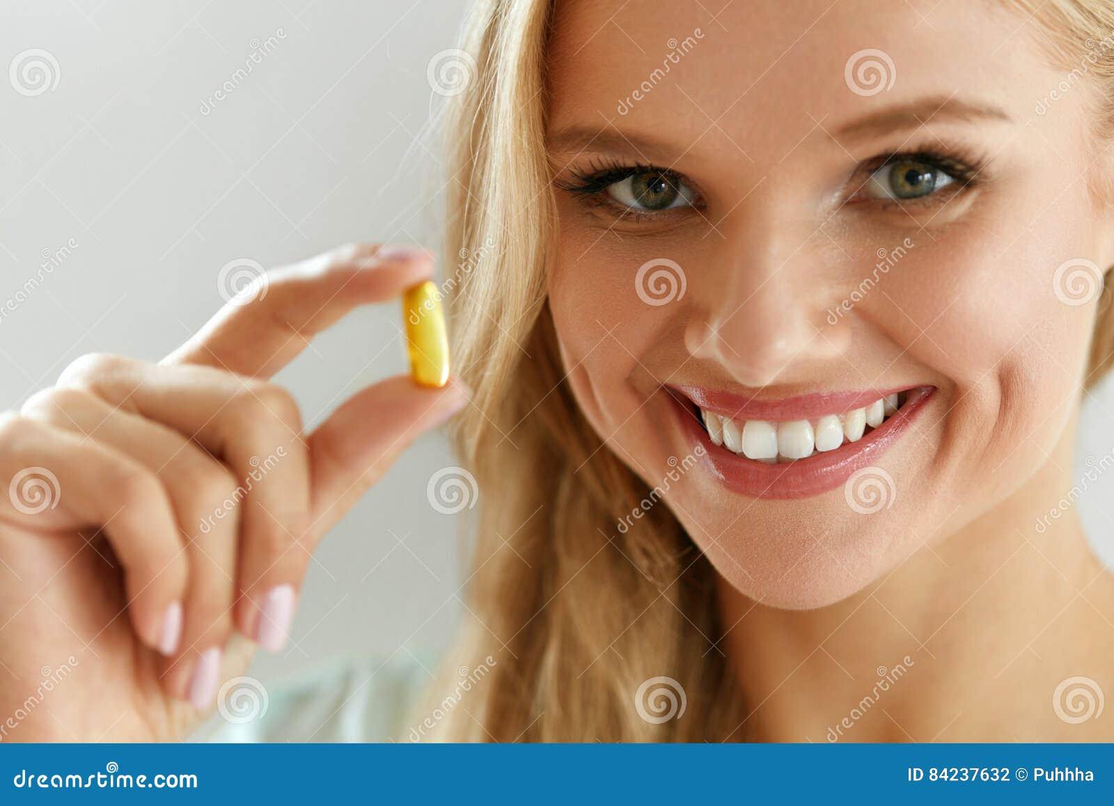 Όμορφο χάπι πετρελαίου ψαριών εκμετάλλευσης γυναικών υπό εξέταση υγιής διατροφή