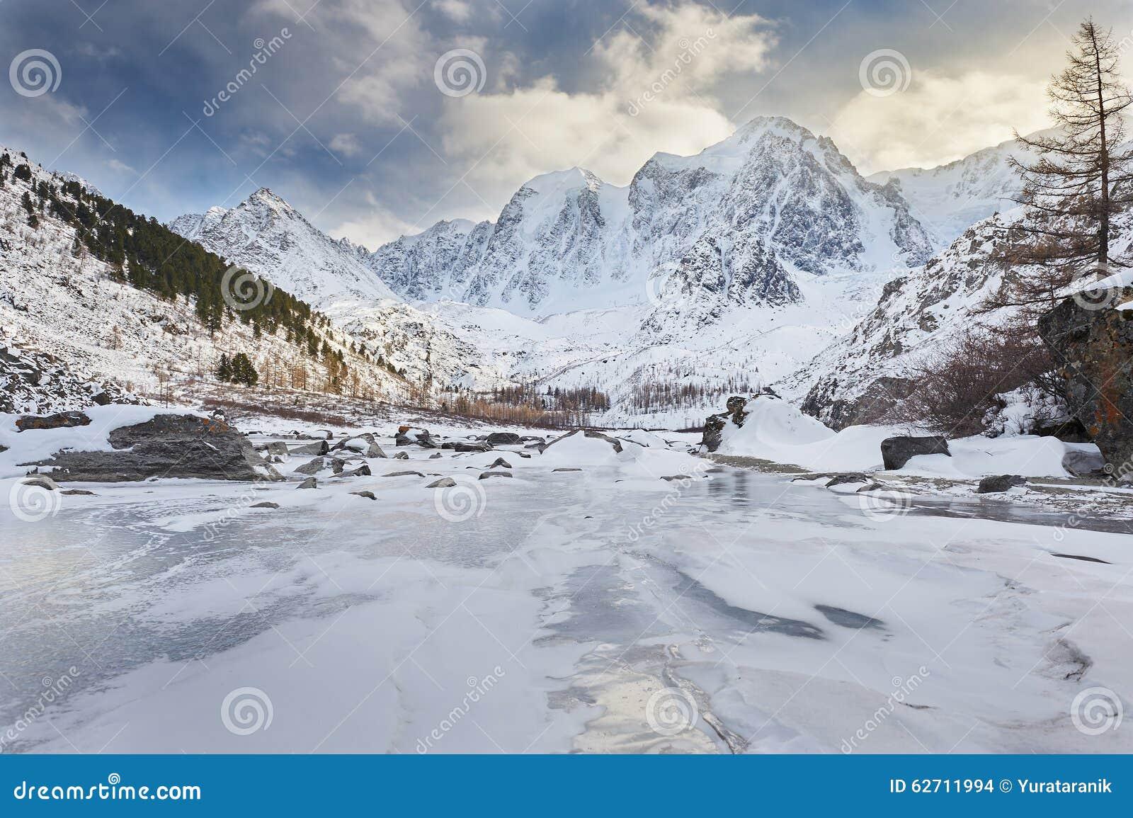 Όμορφο χειμερινό τοπίο, βουνά Ρωσία Altai