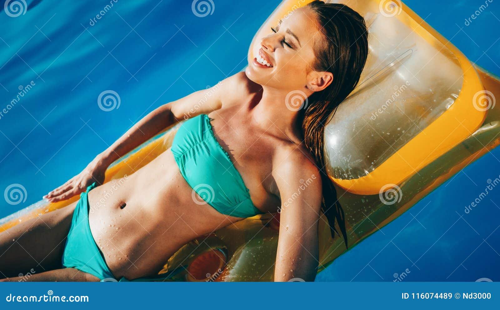 Όμορφο brunette που κολυμπά στη λίμνη